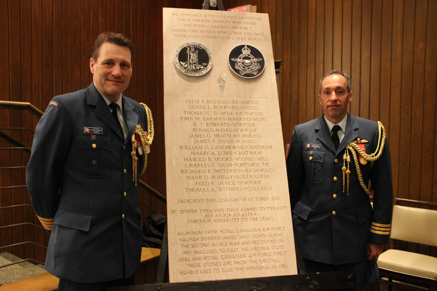 Le colonel Douglas Baird, attaché de l'Aviation royale canadienne, et son adjoint le lieutenant-colonel Steve Chouinard, tous deux affectés à l'ambassade du Canada à Washington D.C., ont assisté à la cérémonie organisée en hommage aux 16 jeunes hommes de la Virginie qui sont morts au combat durant la Seconde Guerre mondiale pendant leur service dans l'Aviation royale du Canada. PHOTO : Virginia War Memorial