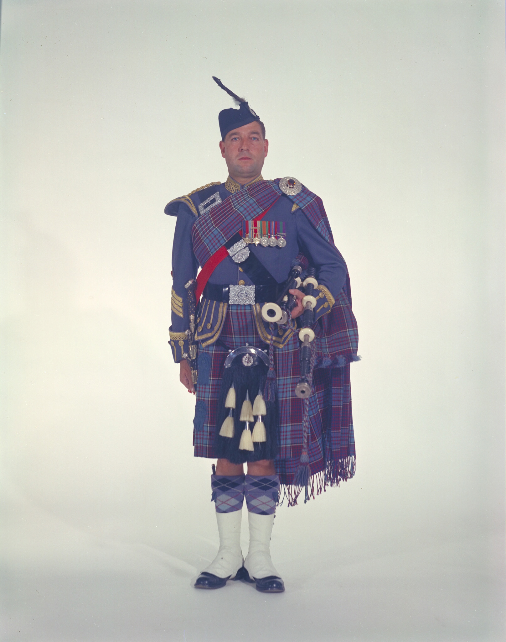 An RCAF piper in full regalia with pipes, wearing the RCAF tartan, in an undated photo. PHOTO: DND