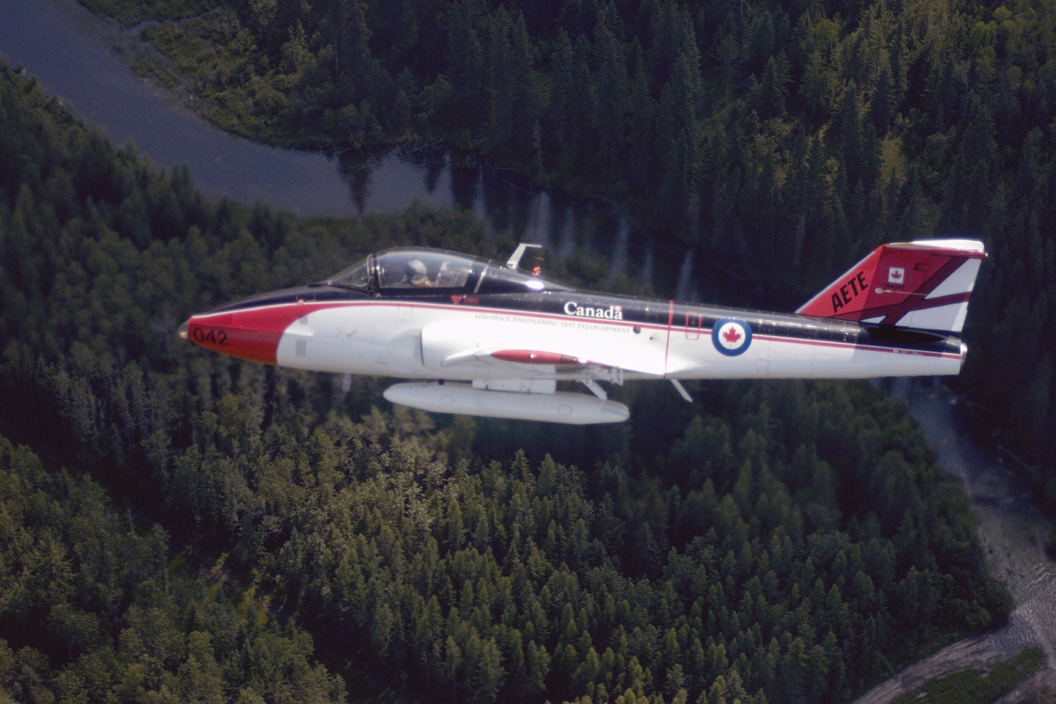Un CT-114 Tutor du Centre d'essais techniques (Aérospatiale) (CETA) survole Cold Lake (Alberta) lors du Spectacle aérien international de Cold Lake en 2004. PHOTO : Caporal Bill Murphy