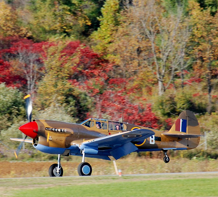 Le P-40 Kittyhawk Stocky Edwards se pose à Gatineau, sur un fond de couleurs d'automne. PHOTO : Pierre Lapprand