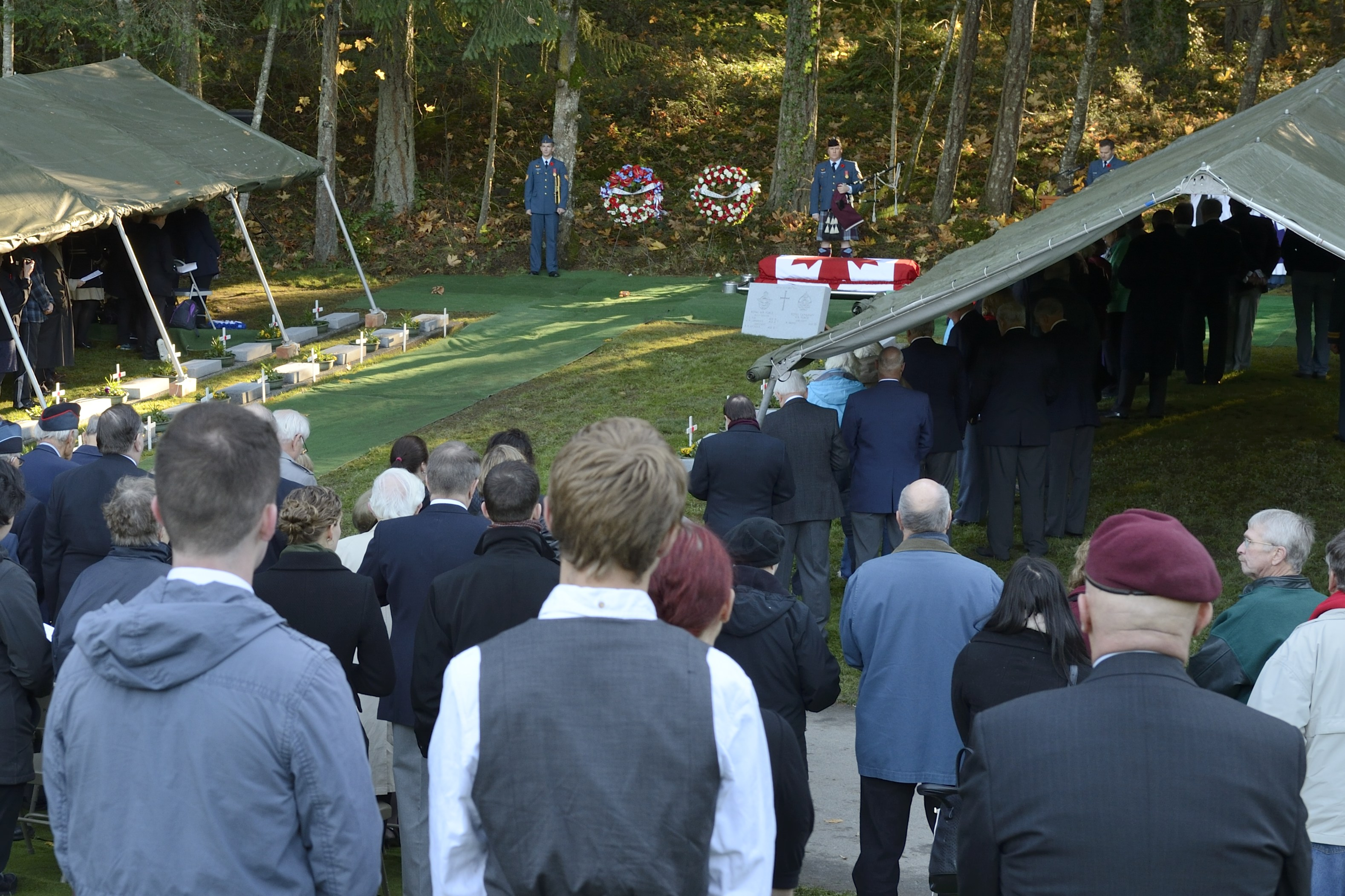 Family members, and members and veterans of the Royal Air Force (RAF) and the Royal Canadian Air Force (RCAF), attend the November 10, 2014, interment service of Pilot Officer Charles George Fox, Pilot Officer Anthony William Lawrence and Sergeant Robert Ernest Luckock, of the RAF, and Sergeant William Baird, of the RCAF, at Royal Oak Burial Park in Victoria, British Columbia. PHOTO: Corporal Malcolm Byers