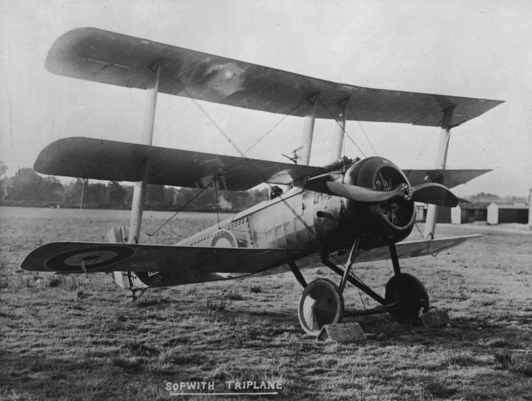 Un triplan Sopwith. Les 1er, 8e et 10e Escadrons du Royal Naval Air Service, équipés de triplans Sopwith, ont été mis temporairement à la disposition du Royal Flying Corps pendant la période qui a mené à la bataille de la crête de Vimy. PHOTO : H-493, Archives du MDN
