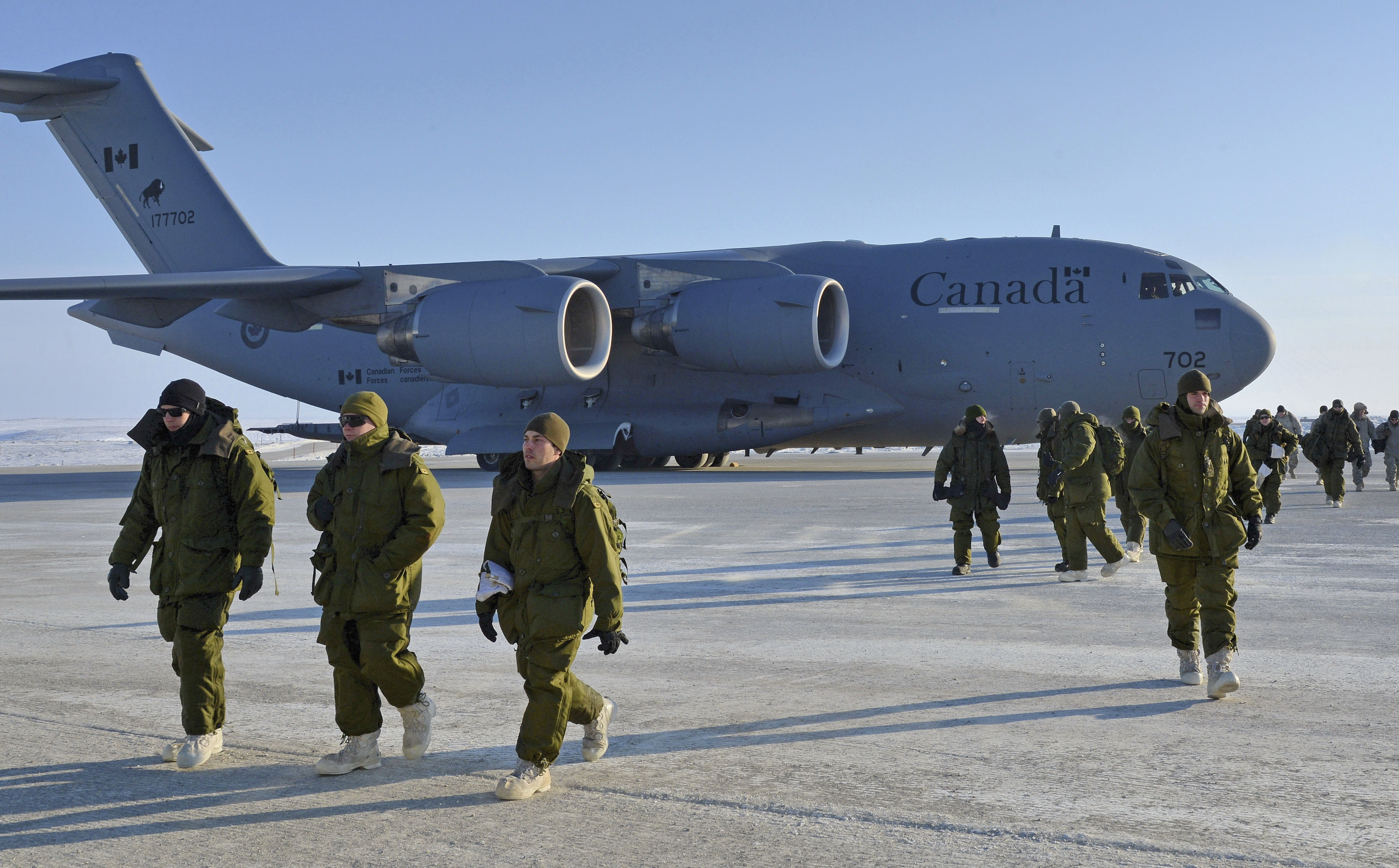 This CC-177 Globemaster III clearly shows its registration number – 177702 – on its tail. The first three digits (177) indicate the type of airframe (a Globemaster). The last three digits (702) are unique to this particular aircraft and are also painted on the nose. In this photo, Canadian Armed Forces personnel disembark in Cambridge Bay, Nunavut, during Operation Nunalivut 2015 on April 9, 2015. PHOTO: Petty Officer 2nd Class Belinda Jeromchuk