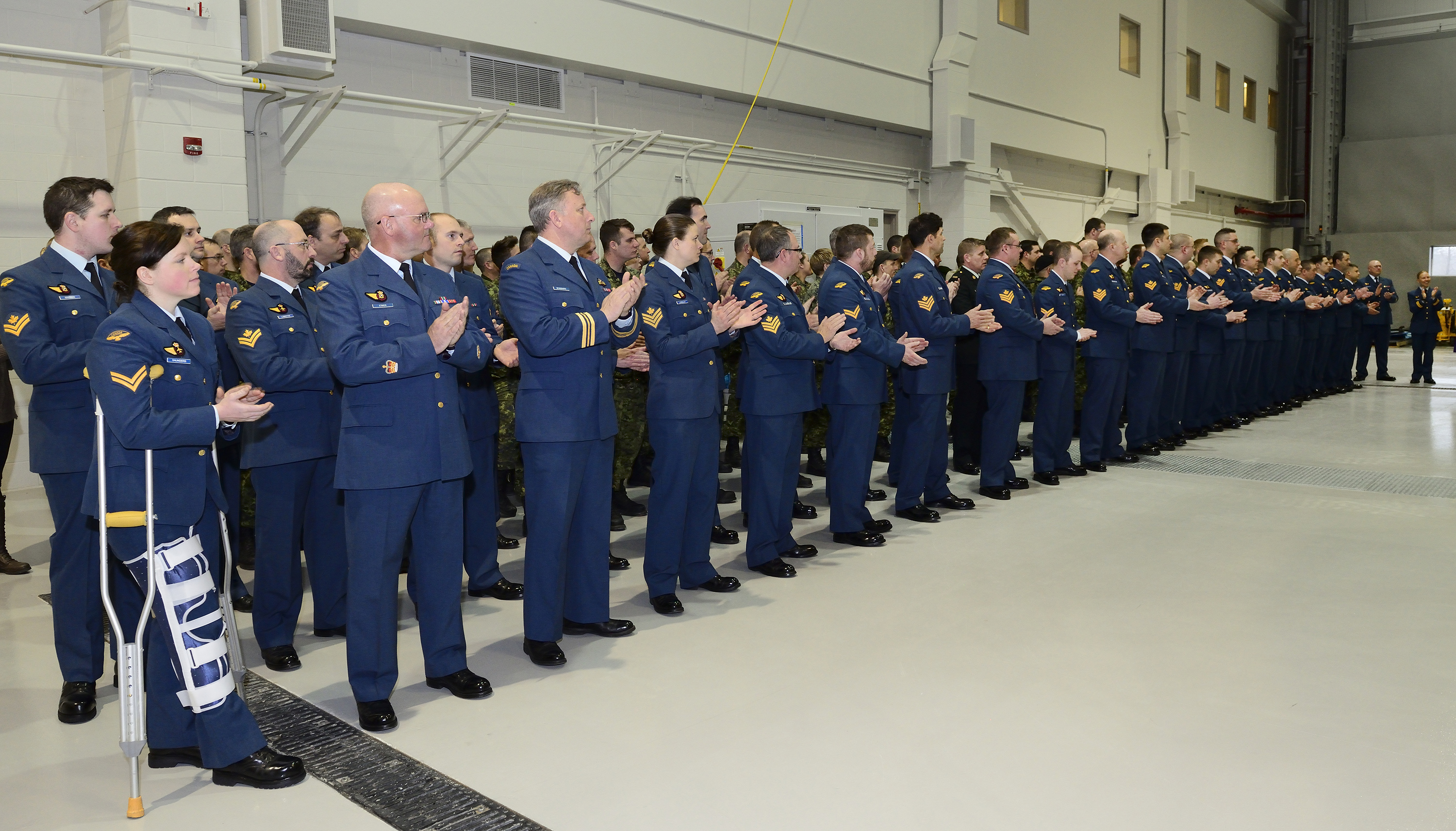 Le personnel du 450e Escadron tactique d'hélicoptères assiste à l'inauguration de l'installation d'instruction des techniciens de CH147F, qui relève de l'Escadrille d'instruction technique de la flotte, le 10 avril 2015. PHOTO : Caporal-chef Melissa Spence
