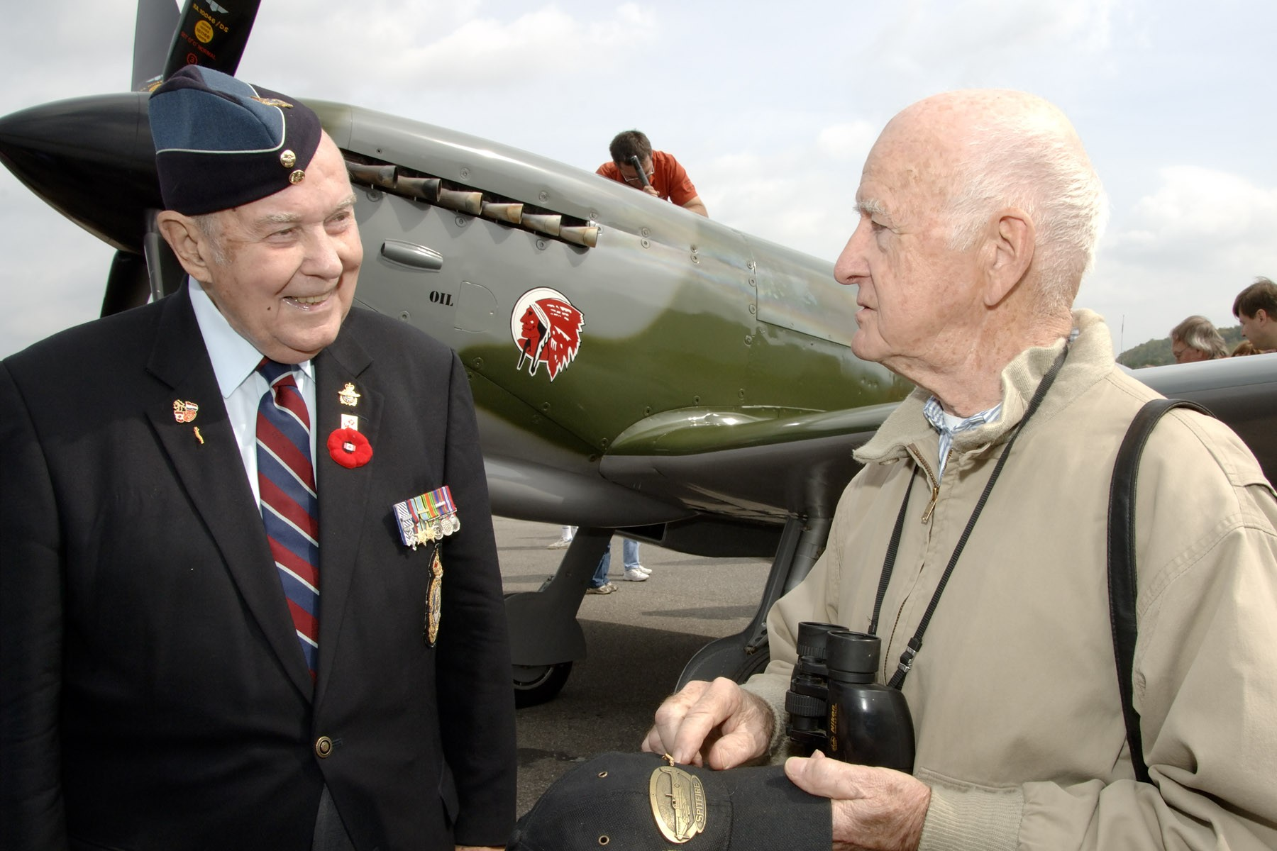 Le capitaine d'aviation à la retraite Charley Fox (à gauche), qui était colonel honoraire du 412e Escadron de transport, et M. Vernon Mullen posent devant un Spitfire semblable à ceux utilisés durant la Deuxième Guerre mondiale après la cérémonie nationale de la bataille d'Angleterre de 2006, à Ottawa. Le colonel honoraire Fox est décédé en octobre 2008. PHOTO : Adjudant Serge Peters