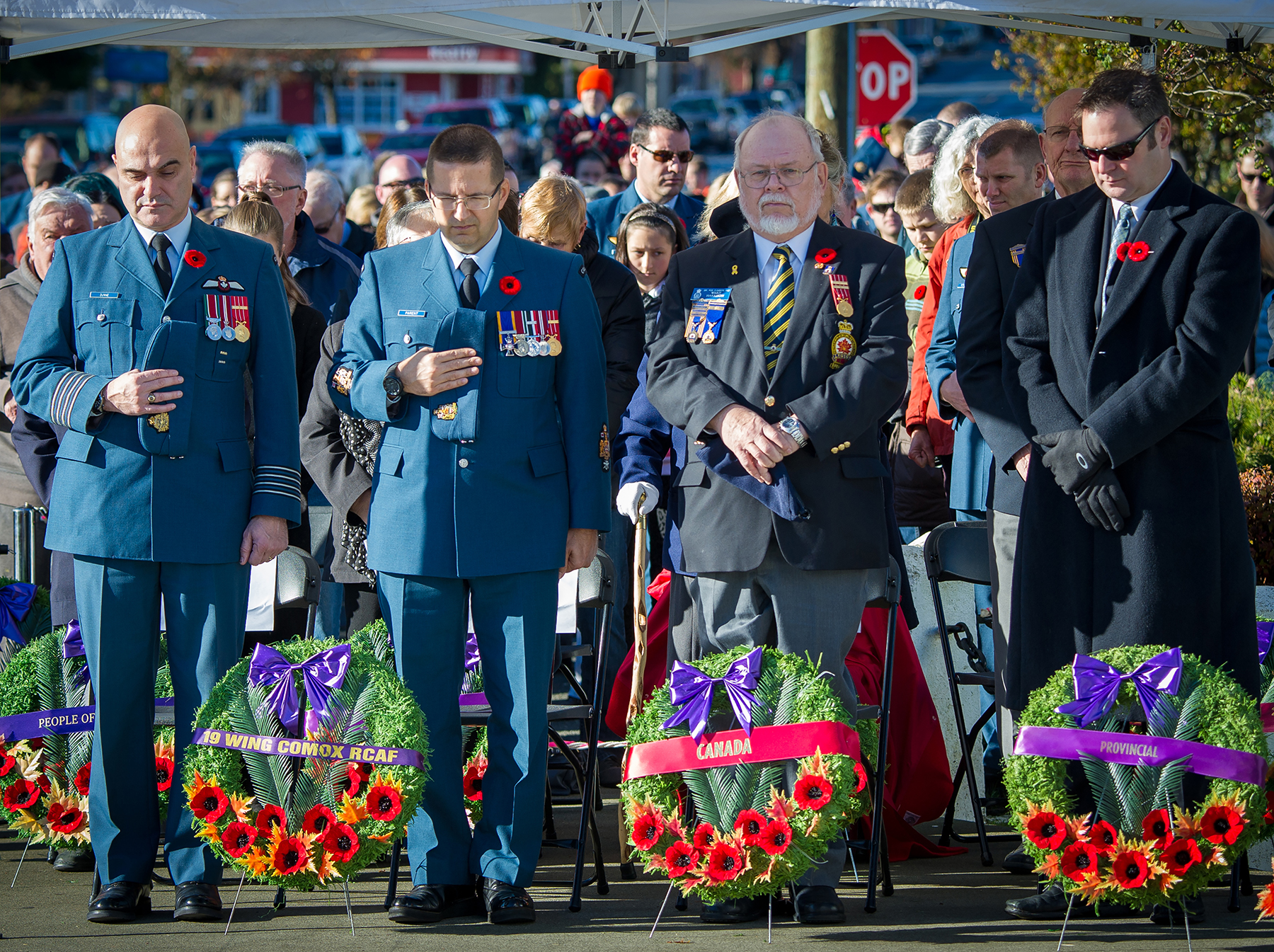 19 Wing Comox, British Columbia, wing commander Colonel Tom Dunne (left); 19 Wing chief warrant officer, Chief Warrant Officer Jean-Claude Parent; Mr. Ward, a veteran and member of Royal Canadian Legion Branch #28; and Mr. Don McRae, Member of the Legislative Assembly, observe a minute of silent during the Remembrance Day ceremony held in the village of Cumberland, British Columbia, on November 11, 2015. PHOTO: Corporal Pierre Létourneau
