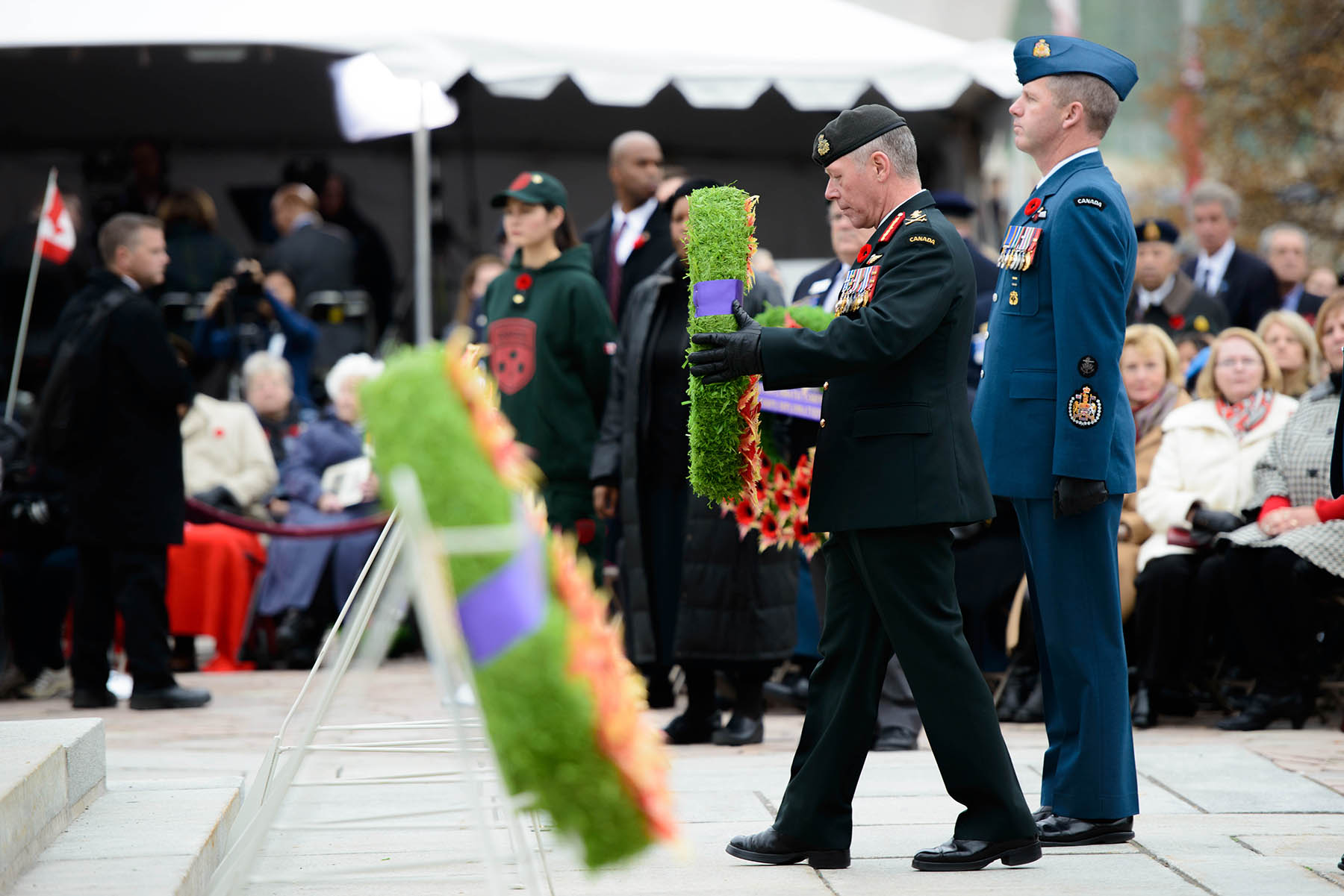 General Jonathan Vance (front), Chief of the Defence Staff, and Royal Canadian Air Force member Chief Warrant Officer Kevin West, the Canadian Forces Chief Warrant Officer, place a wreath on behalf of the Canadian Armed Forces during the Remembrance Day ceremony held at the National War Memorial in Ottawa, Ontario, on November 11, 2015. PHOTO: Master Corporal Daniel Merrell