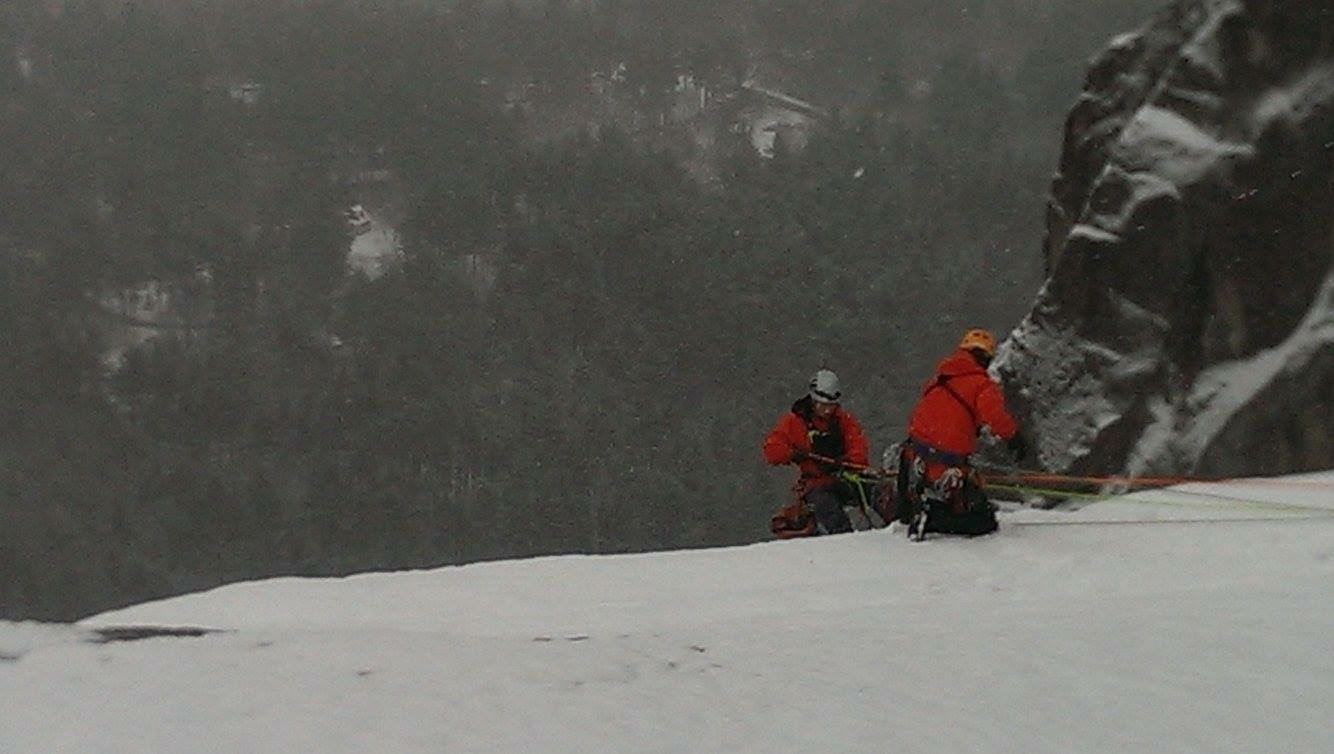 Des techniciens en recherche et sauvetage du 413e Escadron de transport et de sauvetage pratiquent leurs techniques d'escalade de paroi glacée dans le secteur de Huntington Ravine de North Conway, au New Hampshire. PHOTO : capitaine Zach Sawyer