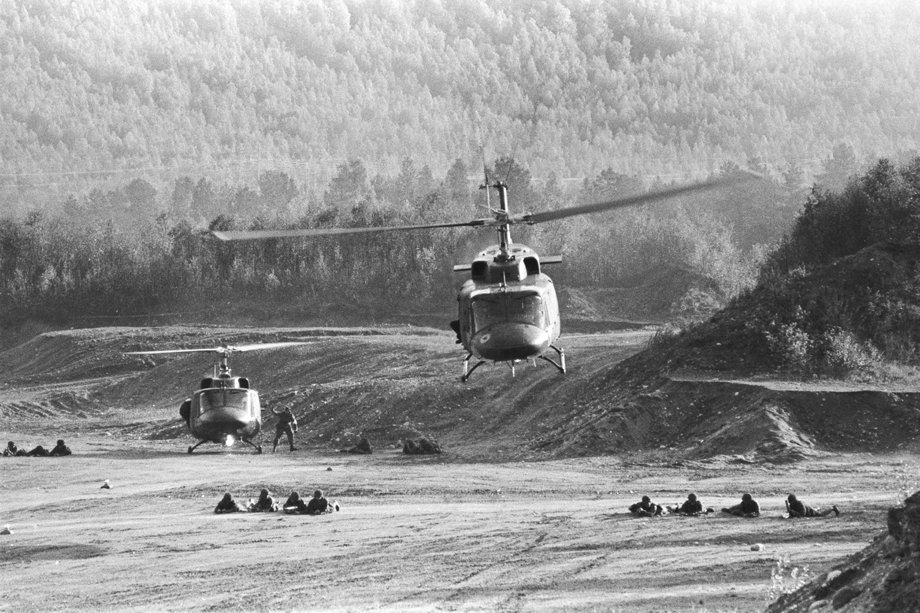 In this 1986 photograph, 430 Squadron personnel and Twin Huey helicopters exercise in Norway. PHOTO: BL86-83, DND Archives