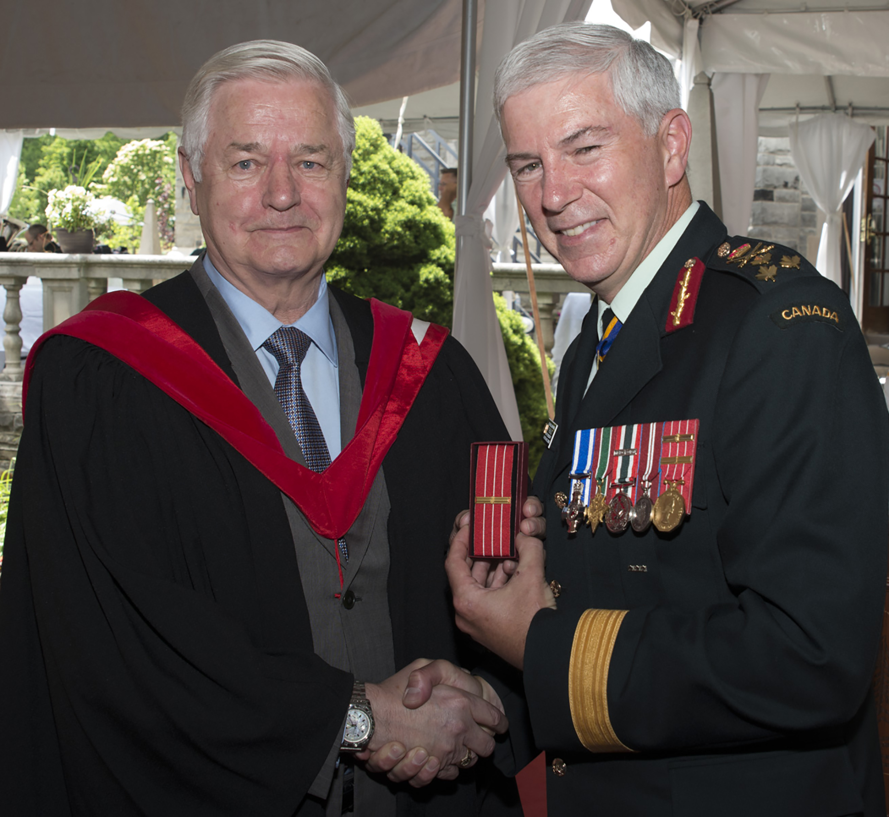 Lieutenant-General (retired) Fred Sutherland (left) receives the fourth bar to the Canadian Forces Decoration (CD) from Lieutenant-General Guy Thibault, Vice Chief of the Defence Staff