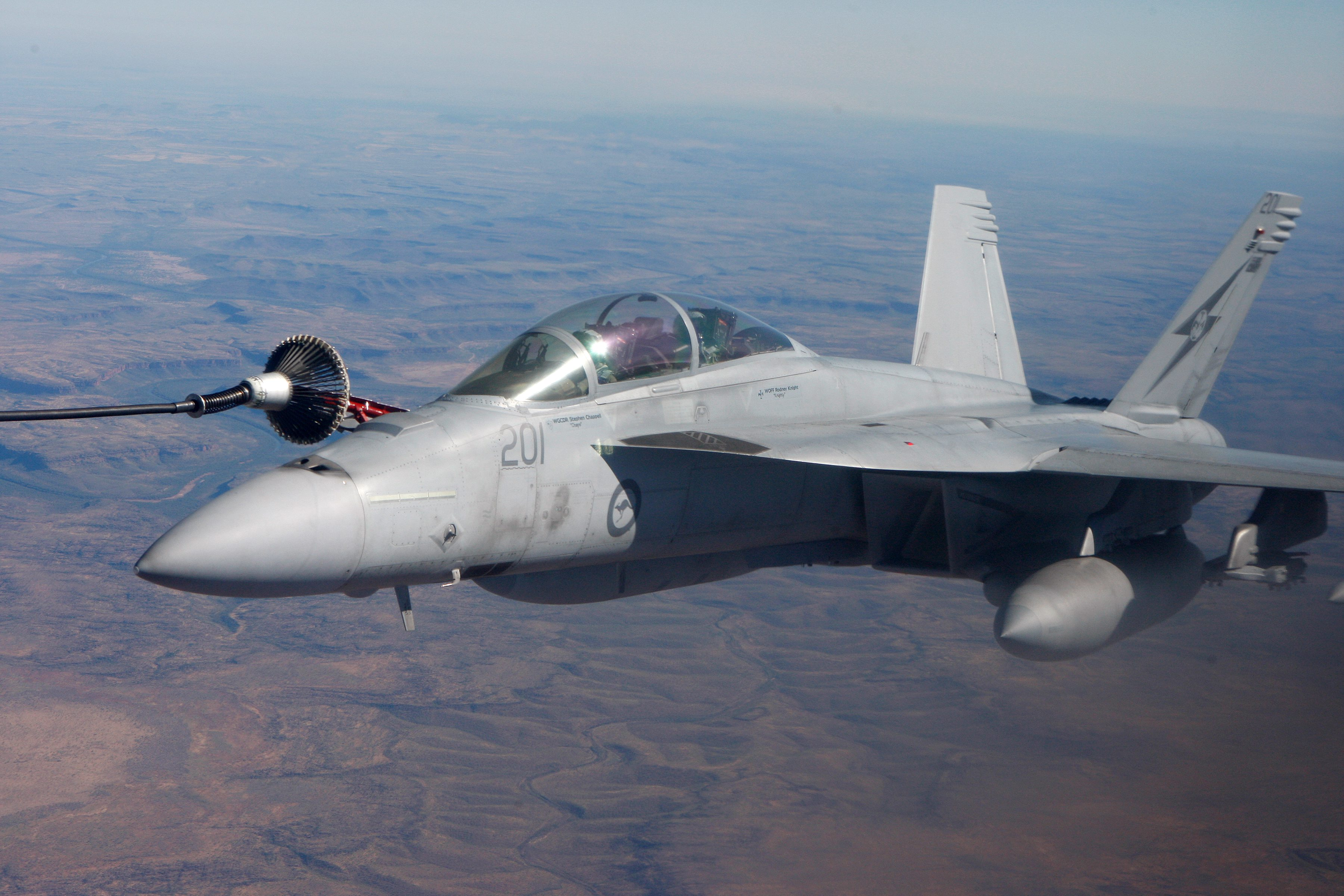 Un F/A-18F Super Hornet de la Royal Australian Air Force effectue une sortie de ravitaillement air-air avec un CC130H Hercules de l'Aviation royale canadienne durant l'exercice Pitch Black 2016, qui a eu lieu du 29 juillet au 19 août dans le Territoire du Nord en Australie. PHOTO : Caporal Terry Hartin © Commonwealth d'Australie