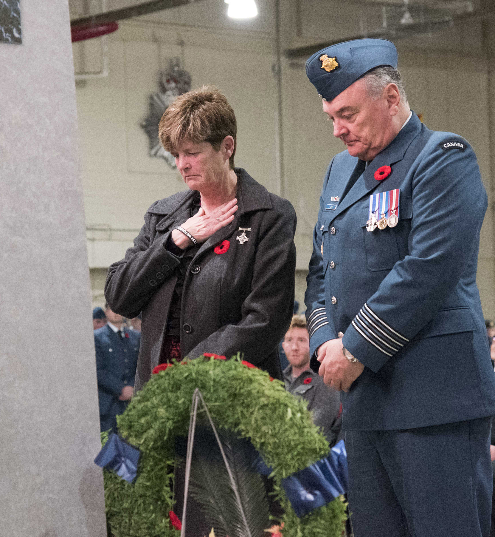 Mrs. Collier, 16 Wing/Canadian Forces Base Borden, Ontario, Silver Cross Mother, and Borden Honorary Colonel Jamie Massie lay a wreath during the Remembrance Day ceremony held in Borden on November 11, 2016. PHOTO: Sergeant Pierre Thériault