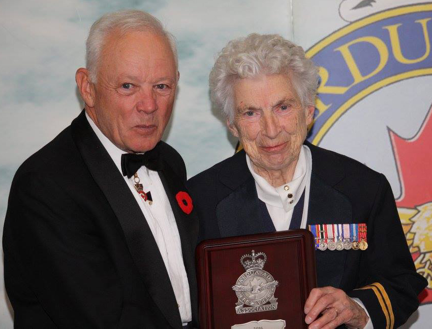 Lieutenant-General (retired) Lloyd Campbell presents the award for best annual report to 422 Wing in North Bay, Ontario. The award was accepted by Captain (retired) Rita Patry. PHOTO: Lieutenant-Colonel (retired) Dean Black, RCAFA