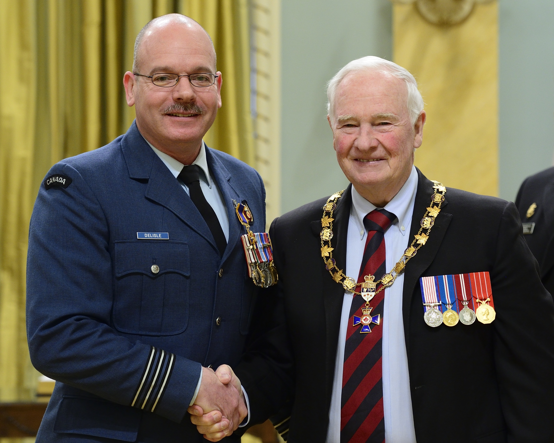 Governor General and Commander-in-Chief of Canada David Johnston presents the Order of Military Merit to Lieutenant-Colonel Joseph Jean Marc Delisle, OMM, CD, from 21 Aerospace Control and Warning Squadron, Hornell Heights, Ontario. PHOTO: Sergeant Johanie Mahieu, Rideau Hall ©, GG05-2017-0075-019-delisle