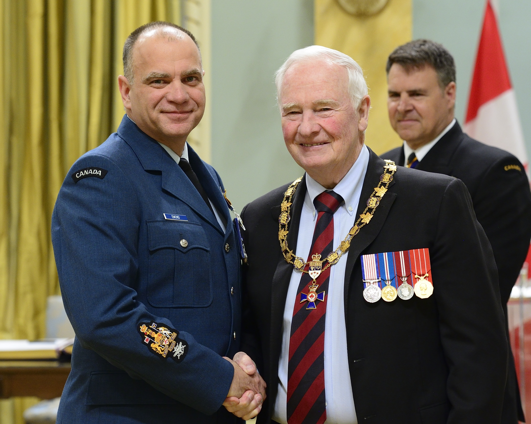 Governor General and Commander-in-Chief of Canada David Johnston presents the Order of Military Merit to Chief Warrant Officer Luc Emond, MMM, MSM, CD, from 14 Wing Headquarters, Greenwood, Nova Scotia. PHOTO: Sergeant Johanie Mahieu, Rideau Hall ©, GG05-2017-0075-040-emond