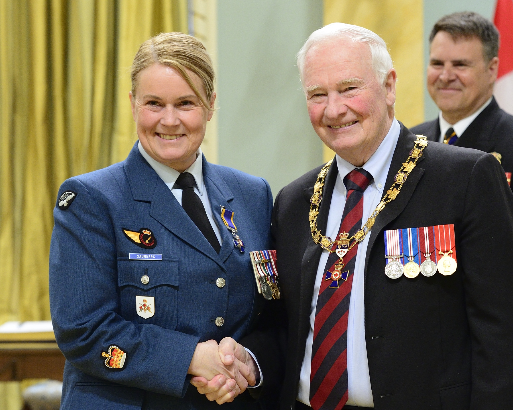 Governor General and Commander-in-Chief of Canada David Johnston presents the Order of Military Merit to Warrant Officer Karen Saunders, MMM, CD, from Canadian Forces Base Kingston, Kingston, Ontario. PHOTO: Sergeant Johanie Mahieu, Rideau Hall ©, GG05-2017-0075-061-saunders