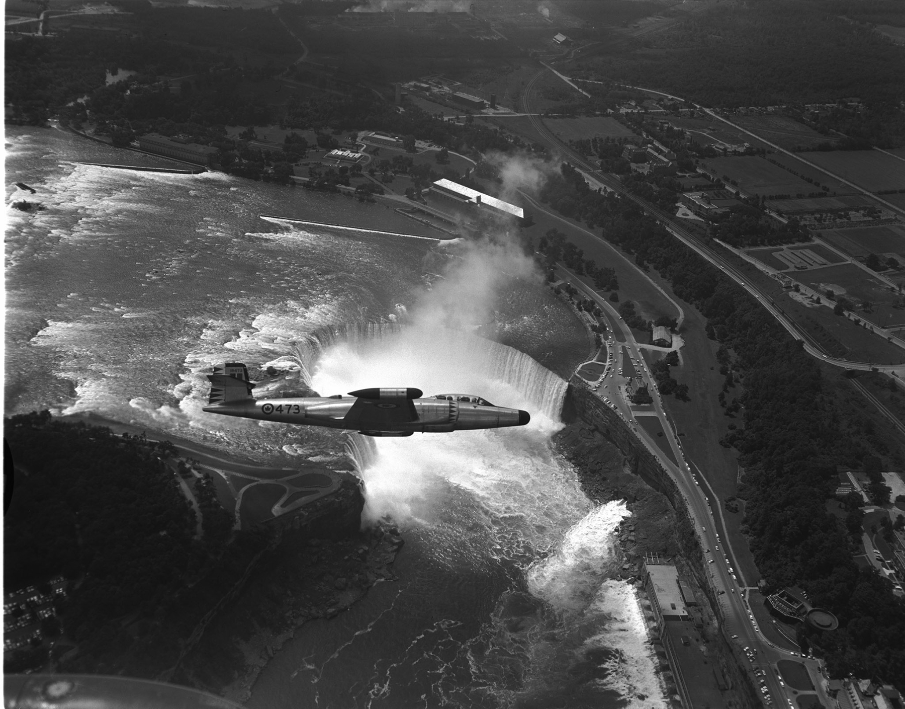 A 423 Squadron CF-100 Canuck aircraft overflies Horseshoe Falls in Niagara Falls, Ontario, in an undated photograph. PHOTO: DND Archives, PL-95055