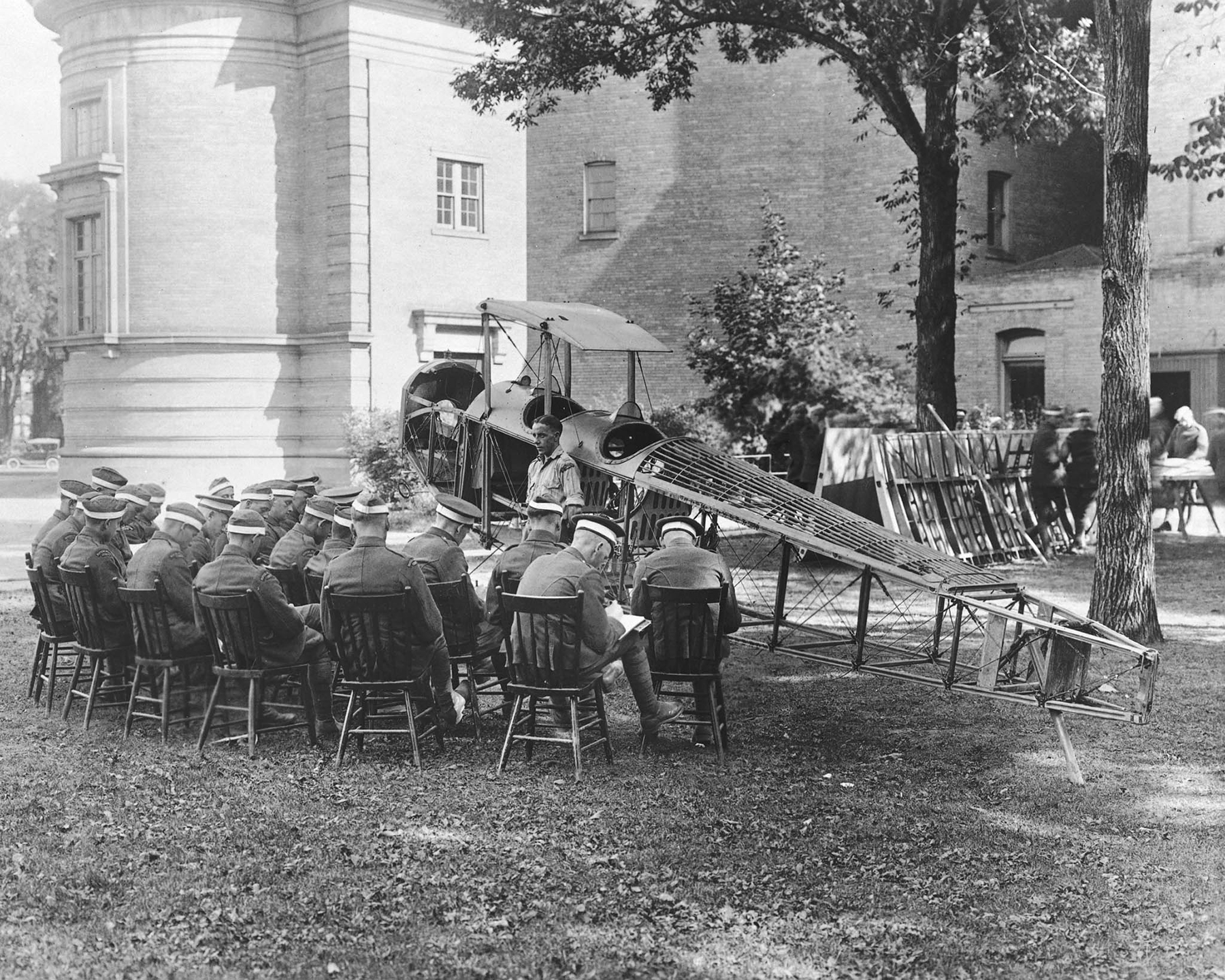 Students at the School of Aeronautics, located at the University of Toronto, enjoy a lecture on aircraft construction al fresco. PHOTO: DND Archives, RE-19065-13