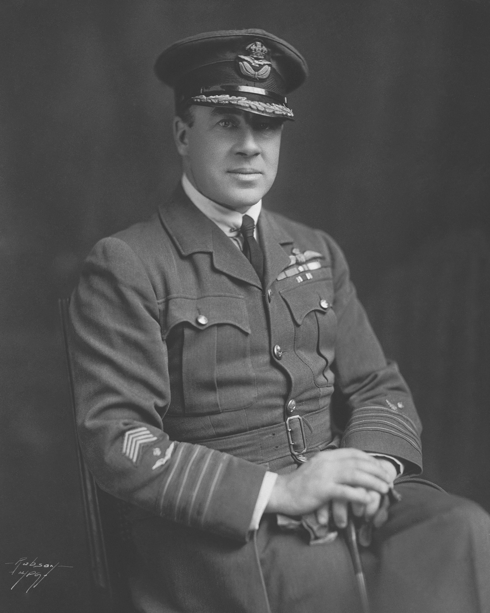 Redford « Red » Mulock, de Winnipeg, au Manitoba, a commandé le 3e Escadron du Royal Naval Air Service, mis temporairement à la disposition du Royal Flying Corps pendant la période qui a précédé la bataille de la crête de Vimy. La photo ci-dessus a été prise vers la fin de la Seconde Guerre mondiale, après la formation de la Royal Air Force. PHOTO : Archives du MDN, PMR71-405