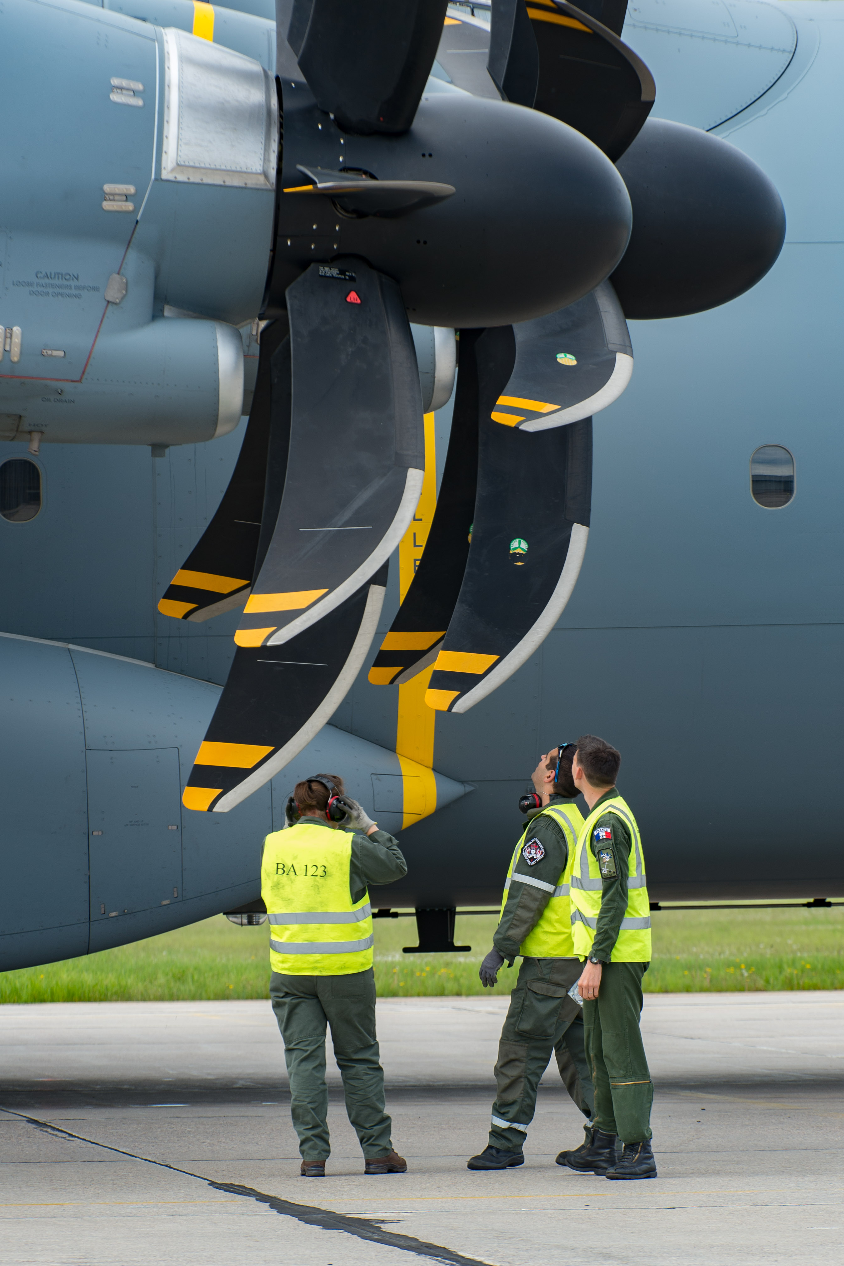 L'équipe au sol de l'Armée de l'Air française du A400M Atlas, effectuent des vérifications de maintenance après la vague du matin de l'Exercice Maple Flag 50, à la 4e Escadre de Cold Lake, le 15 juin 2017. PHOTO : Caporal-chef Heather MacRae, CK05-2017-0460-034