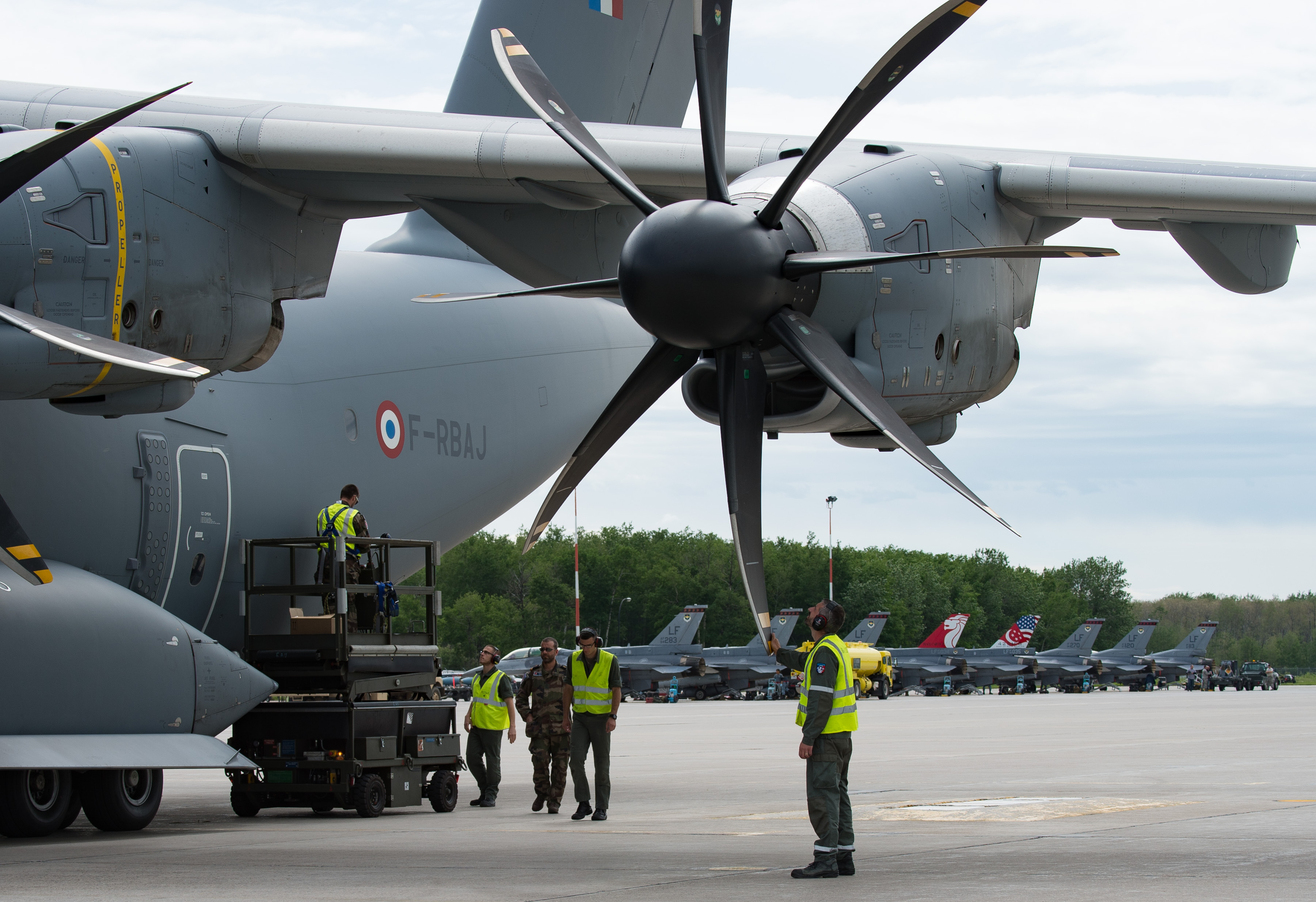 L'équipe au sol de l'Armée de l'Air française du A400M Atlas, effectuent des vérifications de maintenance après la vague du matin de l'Exercice Maple Flag 50, à la 4e Escadre de Cold Lake, le 12 juin 2017. PHOTO : Caporal-chef Heather MacRae, CK10-2017-0460-016