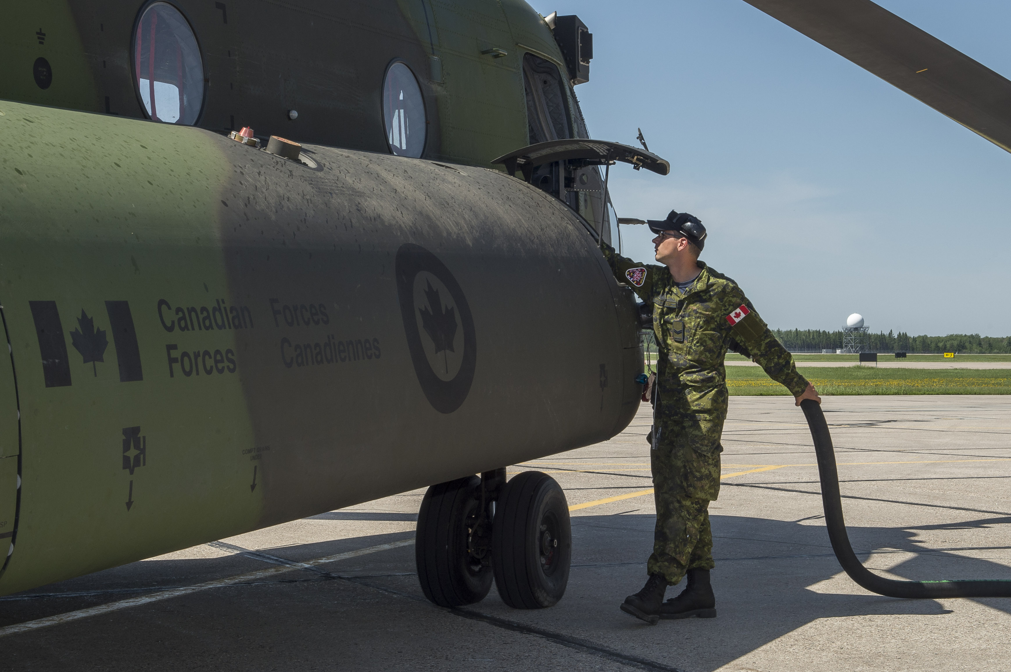 Corporal Bruno Archambault from 450 Tactical Helicopter Squadron, located in Petawawa, Ontario, refuels an RCAF CH-147F Chinook helicopter on June 8, 2017, during Exercise Maple Flag 50. PHOTO: Corporal Justin Roy, CK07-2017-0467-003