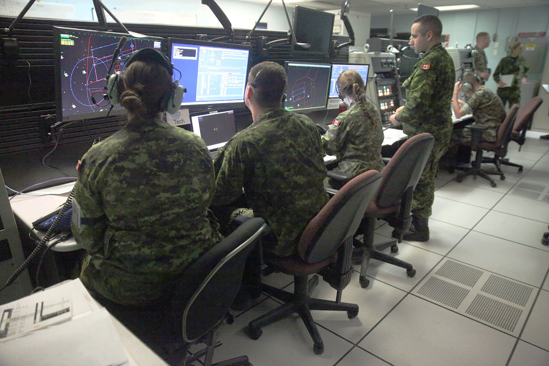 Royal Canadian Air Force air battle managers with 42 Radar Squadron, 4 Wing Cold Lake, Alberta, and United States Marine Corps tactical air defense controllers with Marine Air Control Squadron 2, work together on May 31, 2017, to prepare for the launch of the morning wave of Exercise Maple Flag 50 at 4 Wing. PHOTO: 2nd Lieutenant Stephanie Leguizamon, USMC