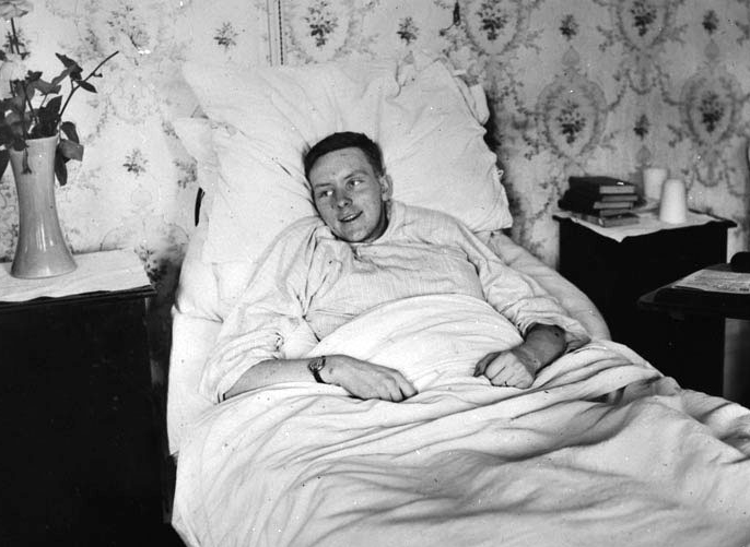Second Lieutenant Alan McLeod, VC, recuperates from the injuries he incurred during the action for which he received the Victoria Cross. PHOTO: Library and Archives Canada MIKAN 3219066