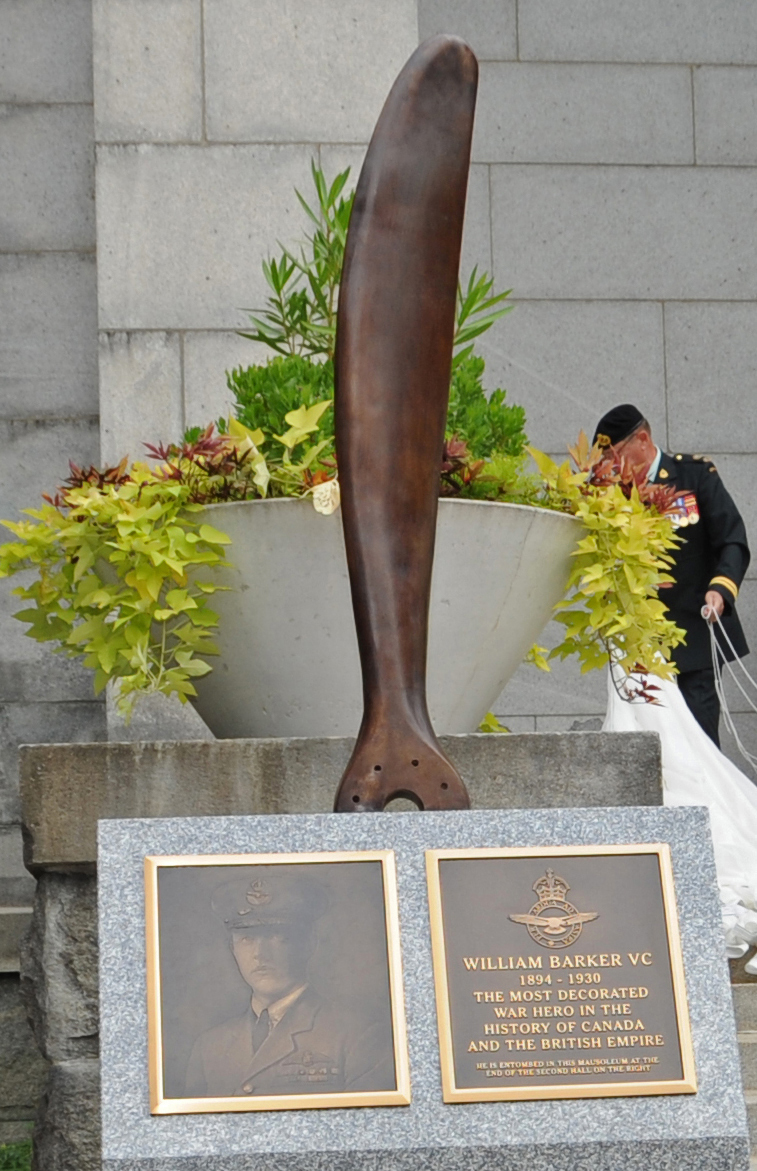 Le monument à la mémoire du commandant d'escadre William Barker, VC, comprend une pale d'hélice de biplan Sopwith fixée sur une base en granite. Ce monument est situé près des escaliers du mausolée au cimetière Mount Pleasant à Toronto, en Ontario, où repose M. Barker. À sa mort en 1930, son cortège funèbre est le plus grand événement public de toute l'histoire de Toronto. La plaque sur le monument porte l'inscription : « William Barker VC; 1894 – 1930: The most decorated war hero in the history of Canada and the British Empire; He is entombed in this mausoleum at the end of the second hall on the right. » [Trad. : William Barker VC; de 1884 à 1930; le héros de guerre le plus décoré de l'histoire du Canada et de l'Empire britannique; il est inhumé dans ce mausolée à la fin du deuxième corridor, à la droite.] PHOTO : Caporal-chef Clesse Howse