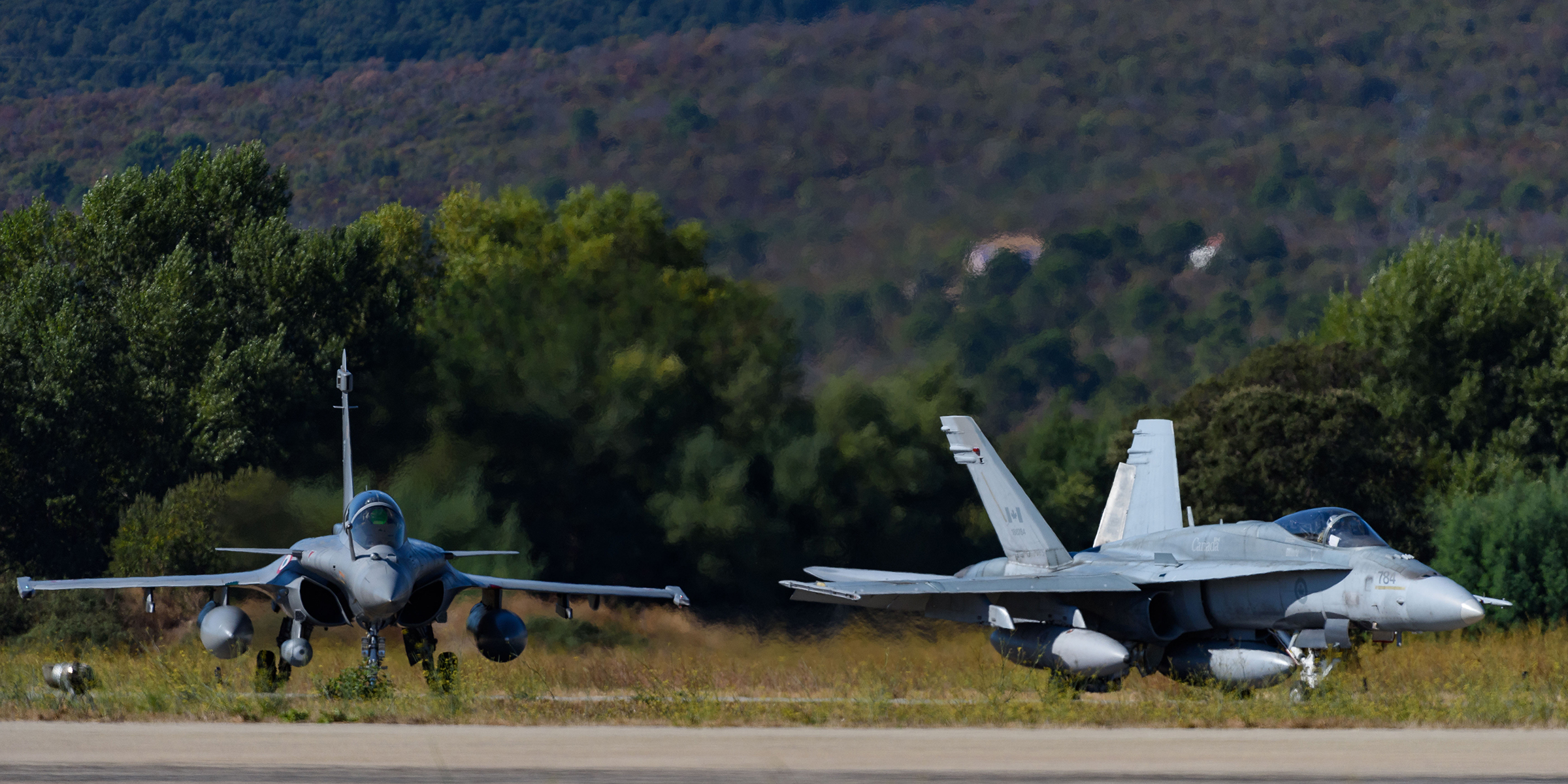 A CF-188 Hornet (right) and a Rafale fighter aircraft prepare to take off during SERPENTEX 2017 in Corsica. PHOTO: Master Corporal Louis Brunet, BN53-2017-0005-010