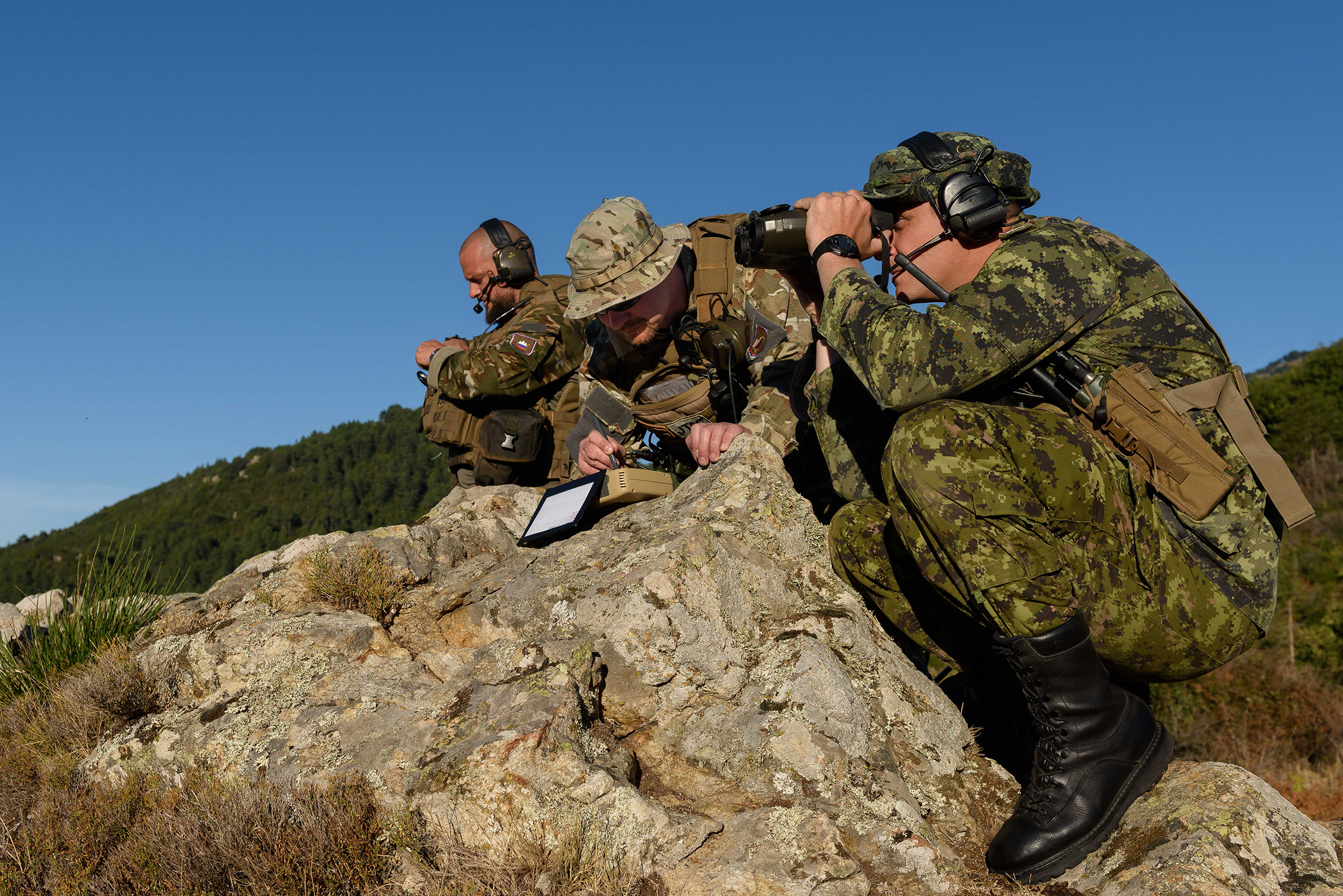 On September 22, 2017, Corporal Mathew Hall (right) observes the Slovenian joint terminal air controller team's area of responsibility near the city of Ciamannacce, Corsica, before their evaluation during SERPENTEX 2017. PHOTO: Master Corporal Louis Brunet, BN53-2017-0006-003