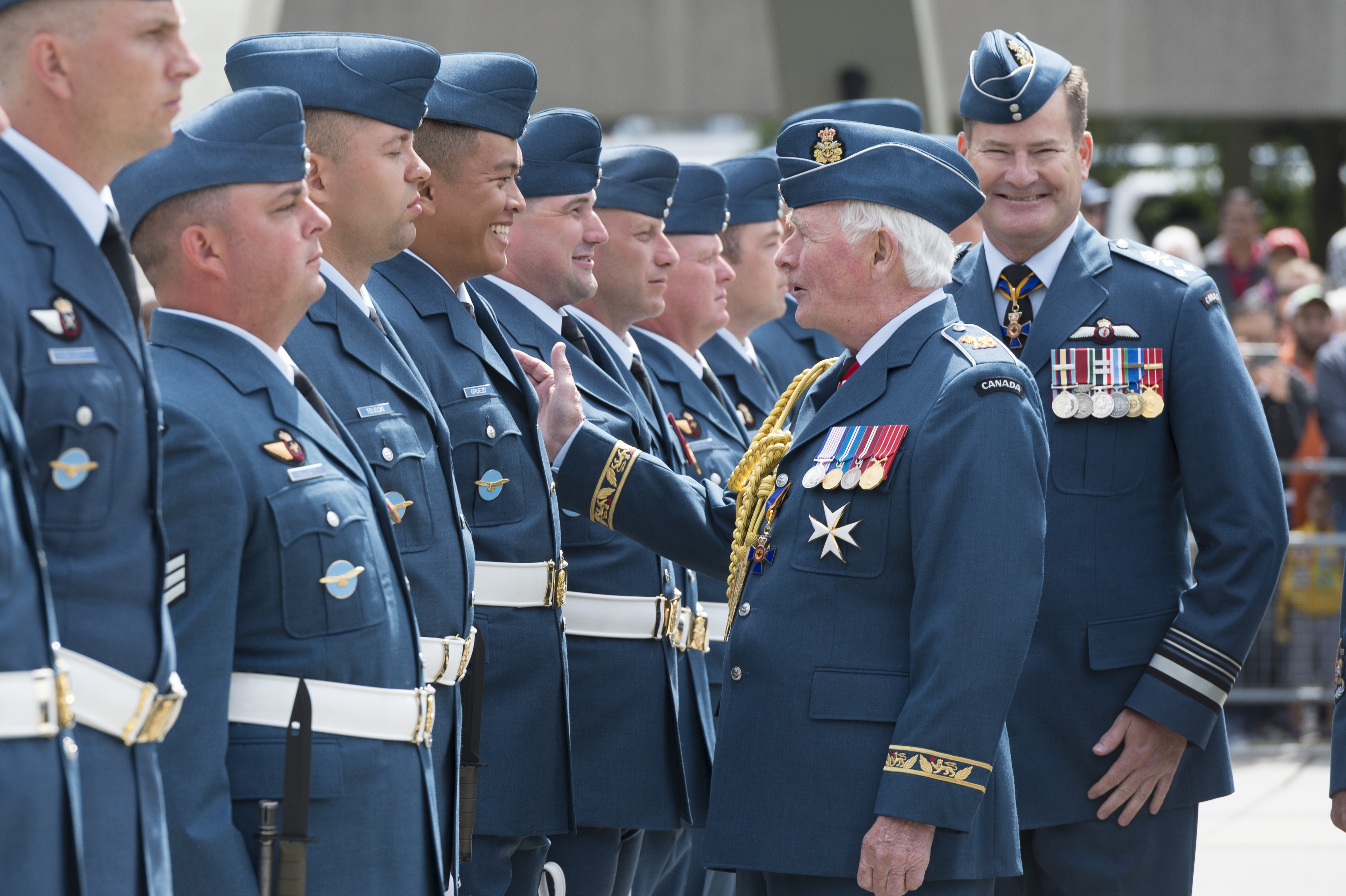David Johnston, gouverneur général et commandant en chef du Canada, accompagné du lieutenant-général Mike Hood, commandant de l'Aviation royale canadienne, s'arrête pour discuter avec un militaire de l'ARC durant son inspection de la garde d'honneur. PHOTO : Sergent Johanie Maheu, Rideau Hall © OSGG, GG05-2017-0309-016