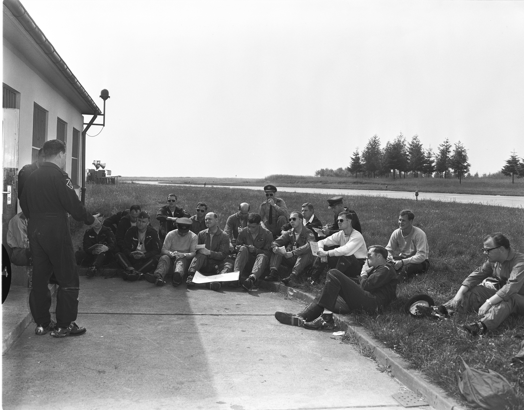 Lieutenant-Colonel R.E. Carruthers briefs 427 Squadron members on June 16, 1969, at an unidentified location. PHOTO: DND Archives, ZW69-171-9
