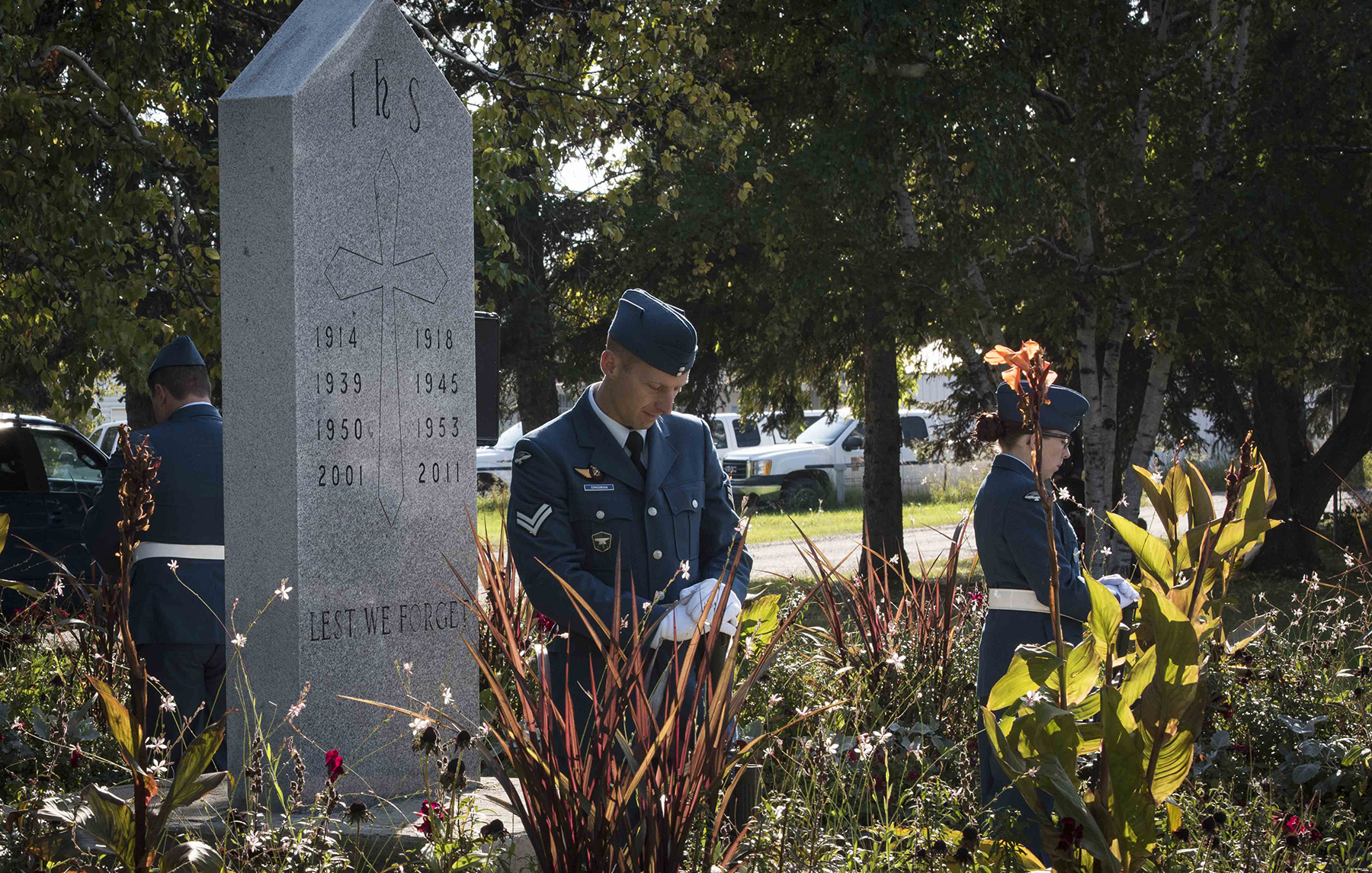 Corporal Alexandre Dingman (centre) and other 4 Wing Cold Lake sentries stand at rest with arms reversed in Veterans Memorial Park during the September 17, 2017, ceremony in Cold Lake, Alberta, marking the 77th anniversary of the Battle of Britain. PHOTO: Aviator Caitlin Paterson, CK09-2017-0821-008
