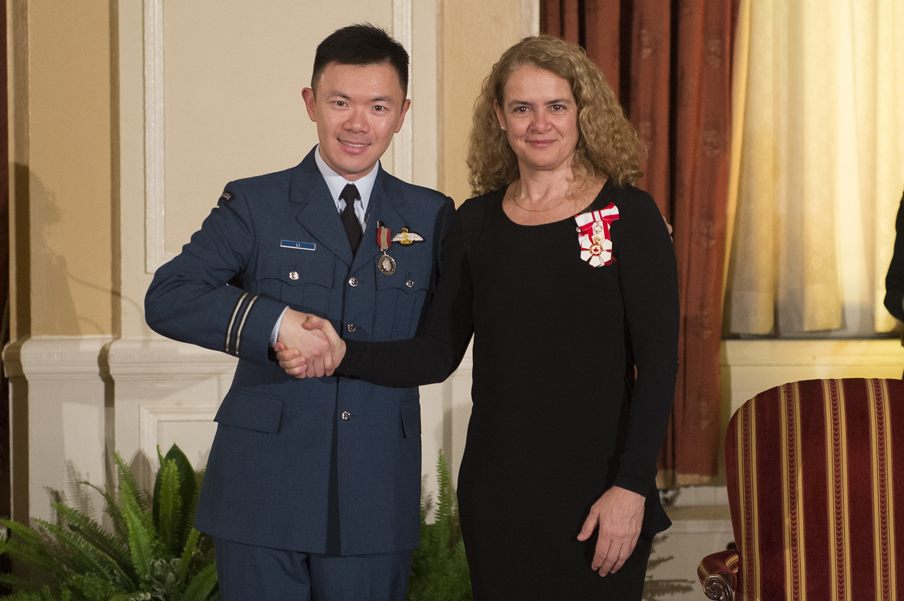 Captain Herman Li receives the Sovereign's Medal for Volunteers from Governor General and Commander-in-Chief of Canada Julie Payette on February 20, 2018. PHOTO: Sergeant Johanie Maheu, OSGG, Credit: Master Corporal Vincent Carbonneau, GG02-2018-0062-063