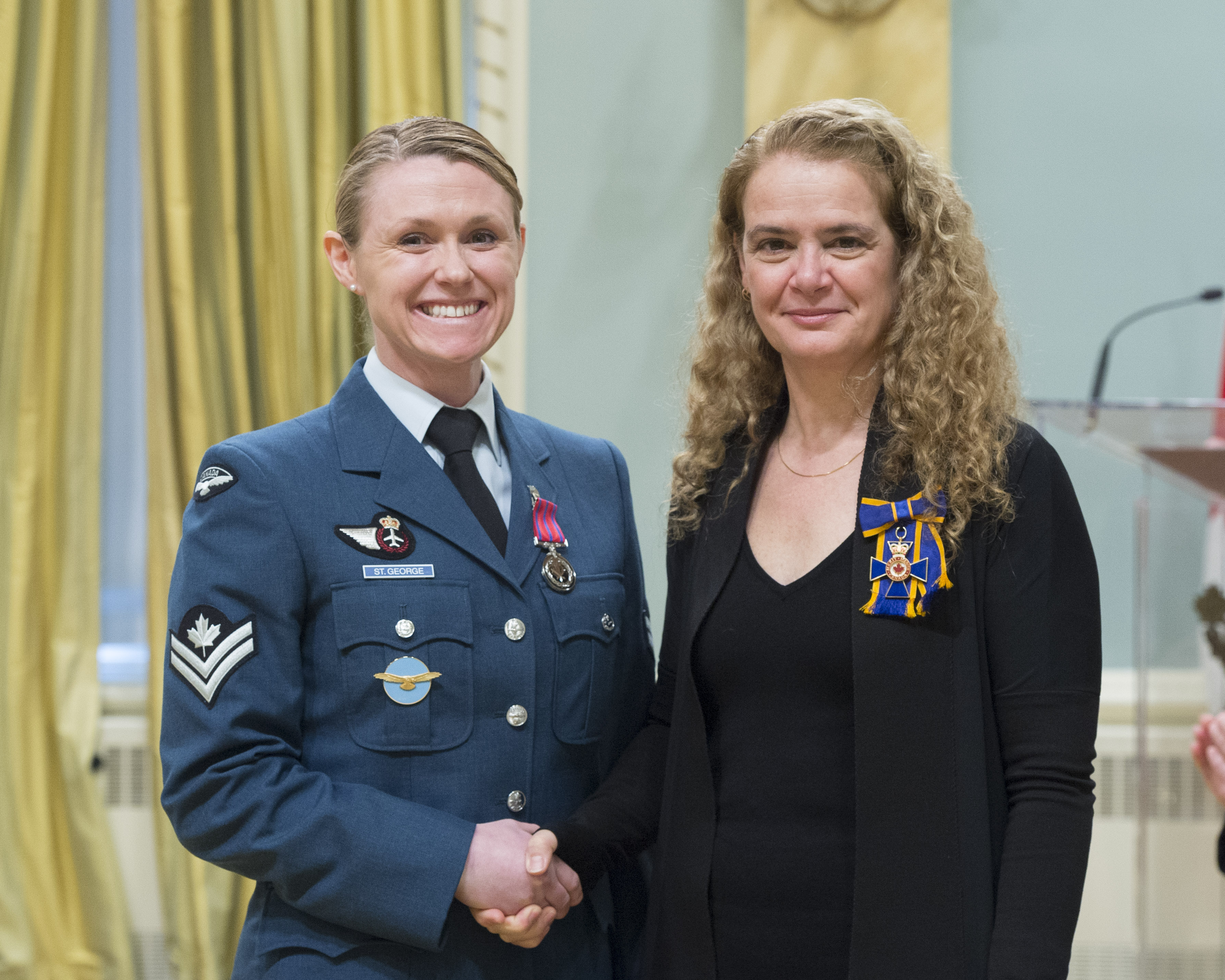 Master Corporal Alisha Dawn St. George receives the Medal of Bravery (Military Division) from Governor General and Commander-in-Chief of Canada Julie Payette on February 28, 2018. PHOTO: Sergeant Johanie Maheu, OSGG, GG05-2018-0066-054