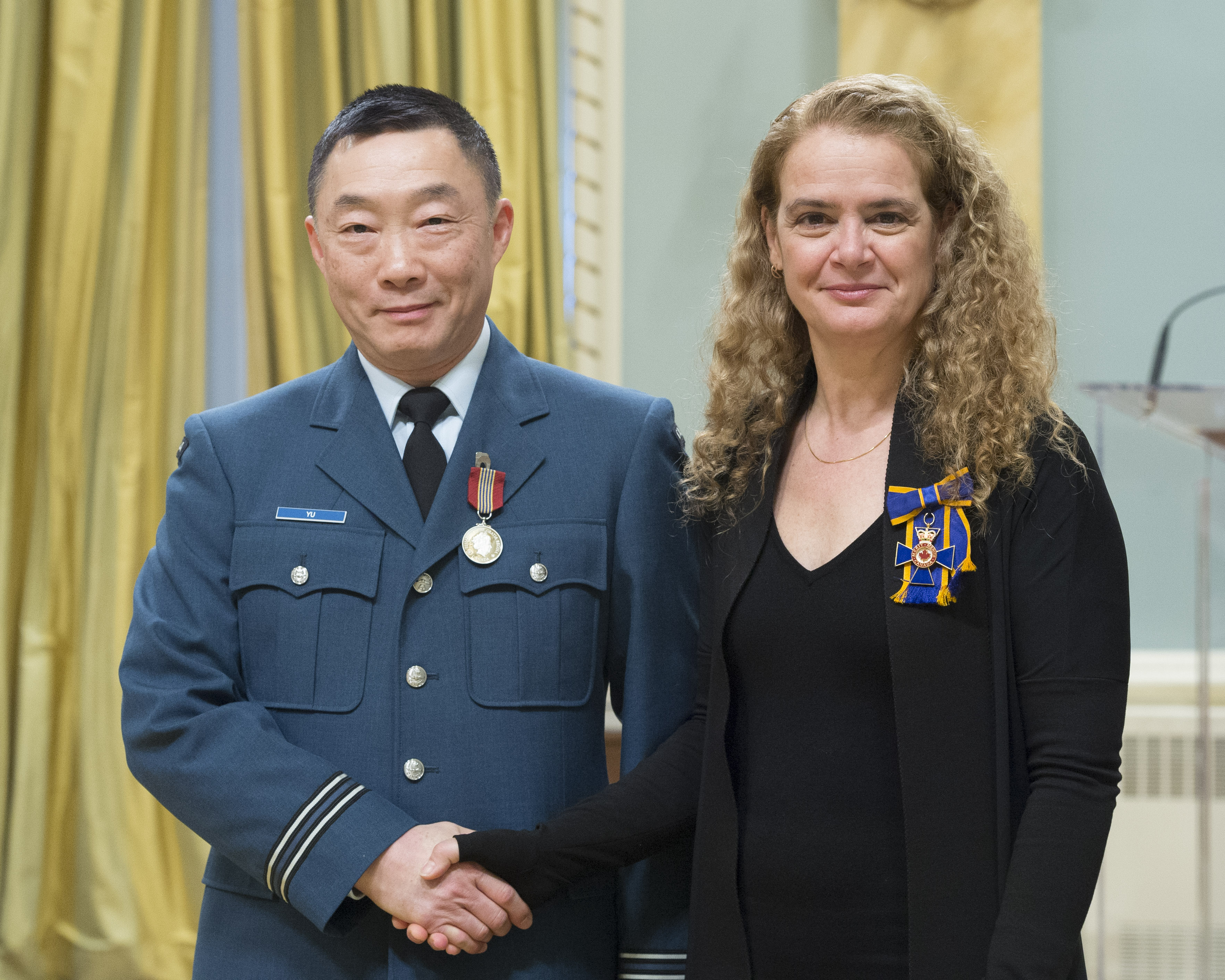 Captain Paul W. Yu receives the Sovereign's Medal for Volunteers from Governor General and Commander-in-Chief of Canada Julie Payette on February 28, 2018. PHOTO: Sergeant Johanie Maheu, GG05-2018-0066-065