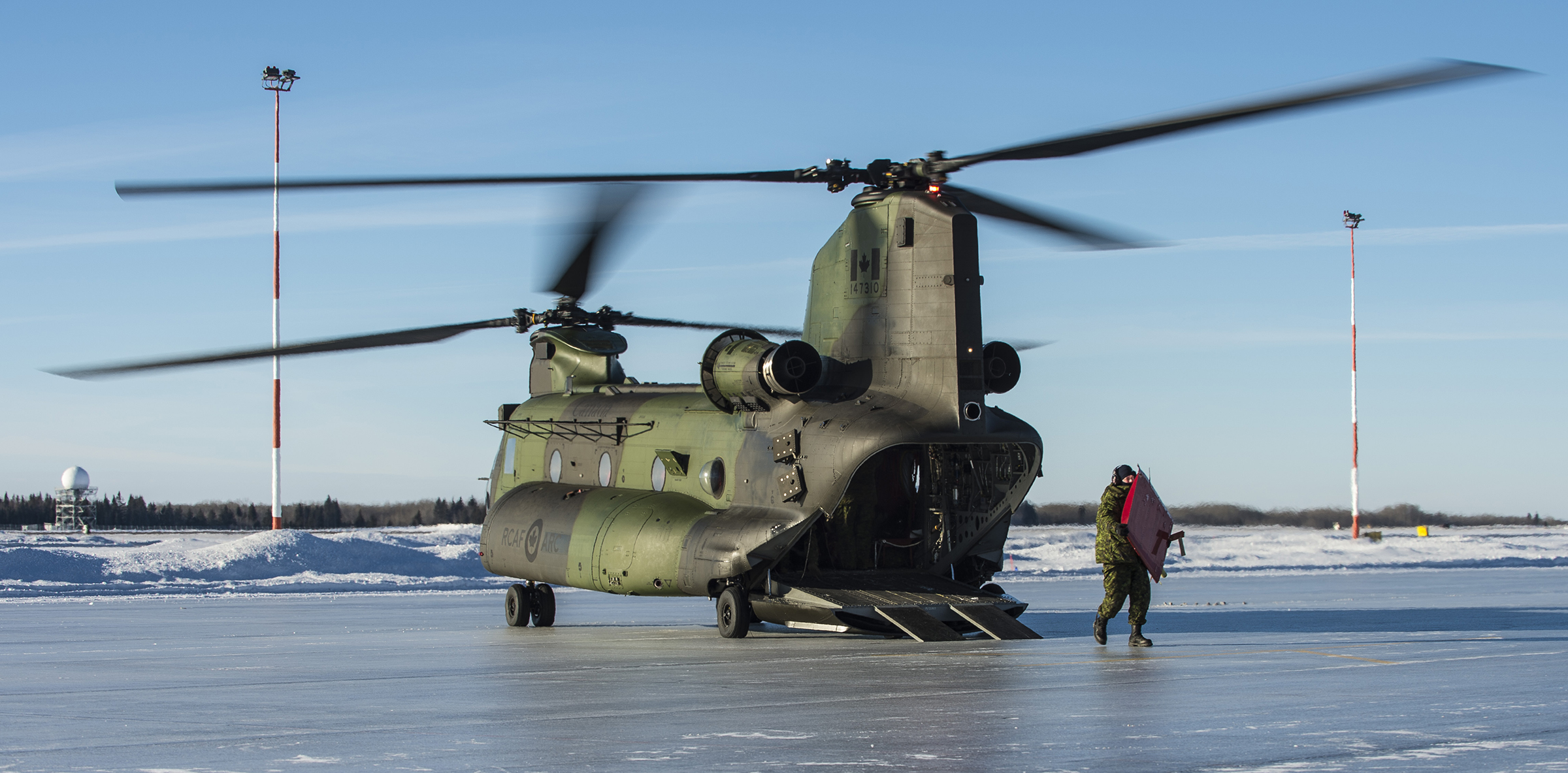 Personnel from 417 Combat Support Squadron unload parts of a damaged CH-146 Griffon from a CH-147F Chinook helicopter on January 15, 2019, at 4 Wing Cold Lake, Alberta. Later in the day, the Chinook successfully airlifted the Griffon from a remote area of the Cold Lake Air Weapons Range back to the wing. PHOTO: Able Seaman Mathieu Potvin, AE02-2019-0011-002