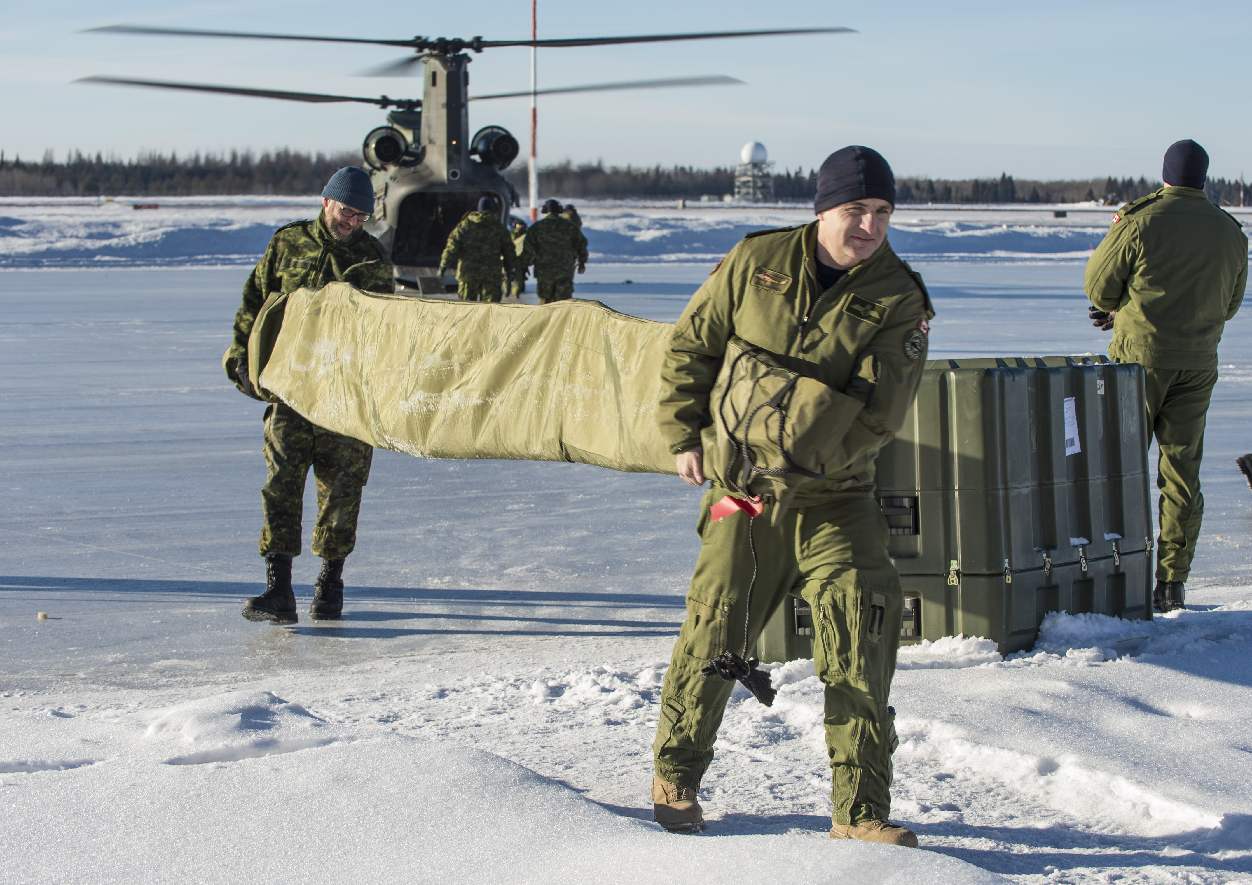 Personnel from 417 Combat Support Squadron unload parts of a damaged CH-146 Griffon from a CH-147F Chinook helicopter on January 15, 2019, at 4 Wing Cold Lake. Later in the day, the Chinook successfully airlifted the Griffon from a remote area of the Cold Lake Air Weapons Range back to the wing. PHOTO: Able Seaman Mathieu Potvin, AE02-2019-0011-004