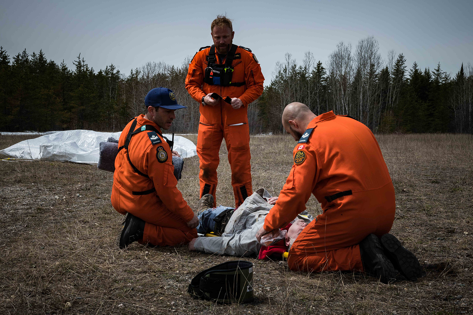During Chinthex 2019 on May 8, 2019, near Thunder Bay, Ontario, RCAF search and rescue personnel evaluate a simulated casualty. PHOTO: Aviator Tanner Musseau-Seaward, WG2019-0191-018