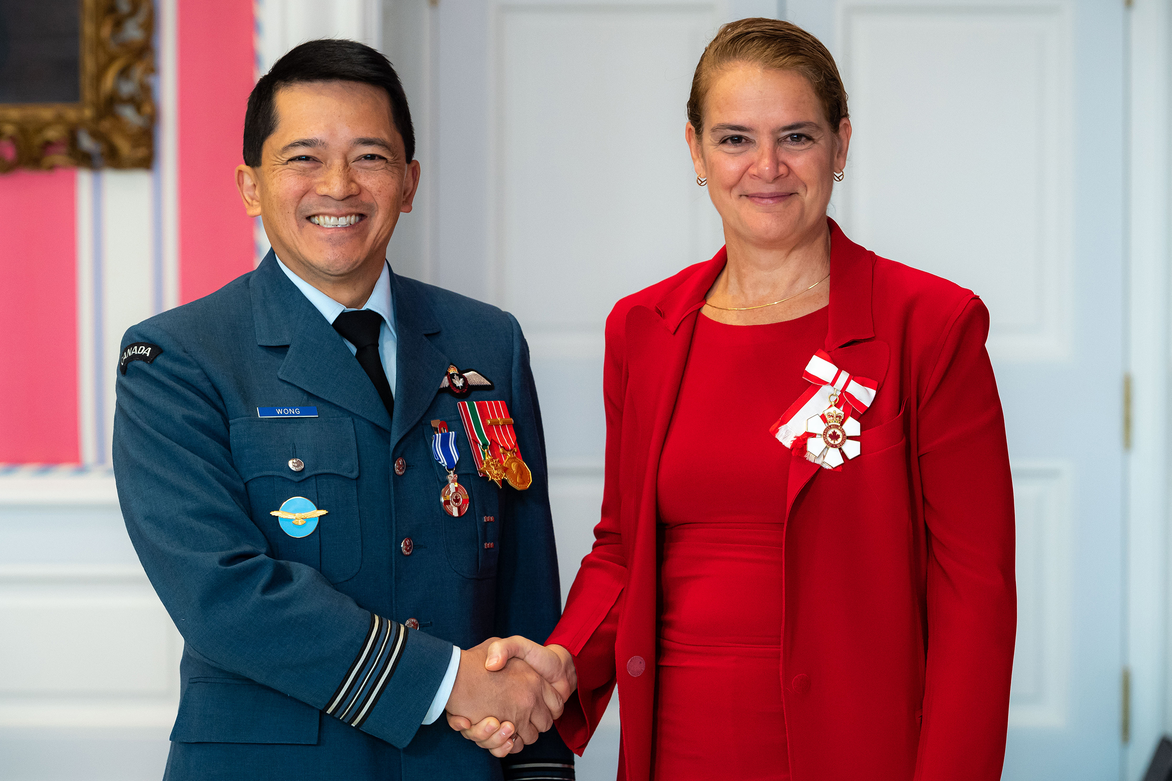 Governor General and Commander-in-Chief of Canada Julie Payette presents Major Wayne Terence Wong with the Meritorious Service Medal (Military Division) on November 12, 2019. PHOTO: Master Corporal Mathieu Gaudreault, GG06-2019-0257-097, © OSGG
