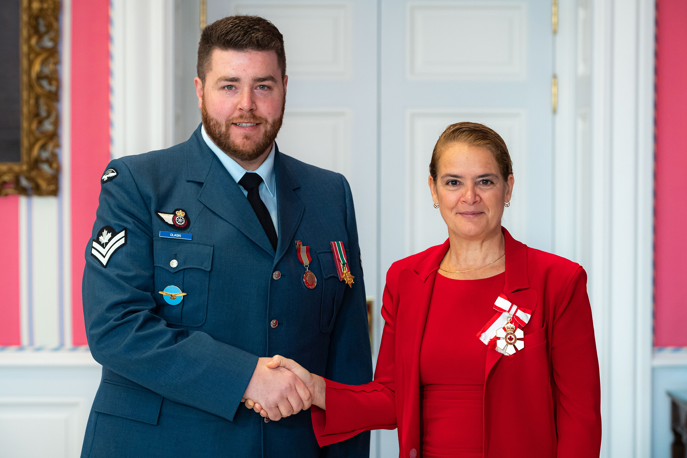 Governor General and Commander-in-Chief of Canada Julie Payette presents Master Corporal Joeseph Kyle Olaski with the Sovereign's Medal for Volunteers on November 12, 2019. PHOTO: Master Corporal Mathieu Gaudreault, GG06-2019-0257-123, © OSGG