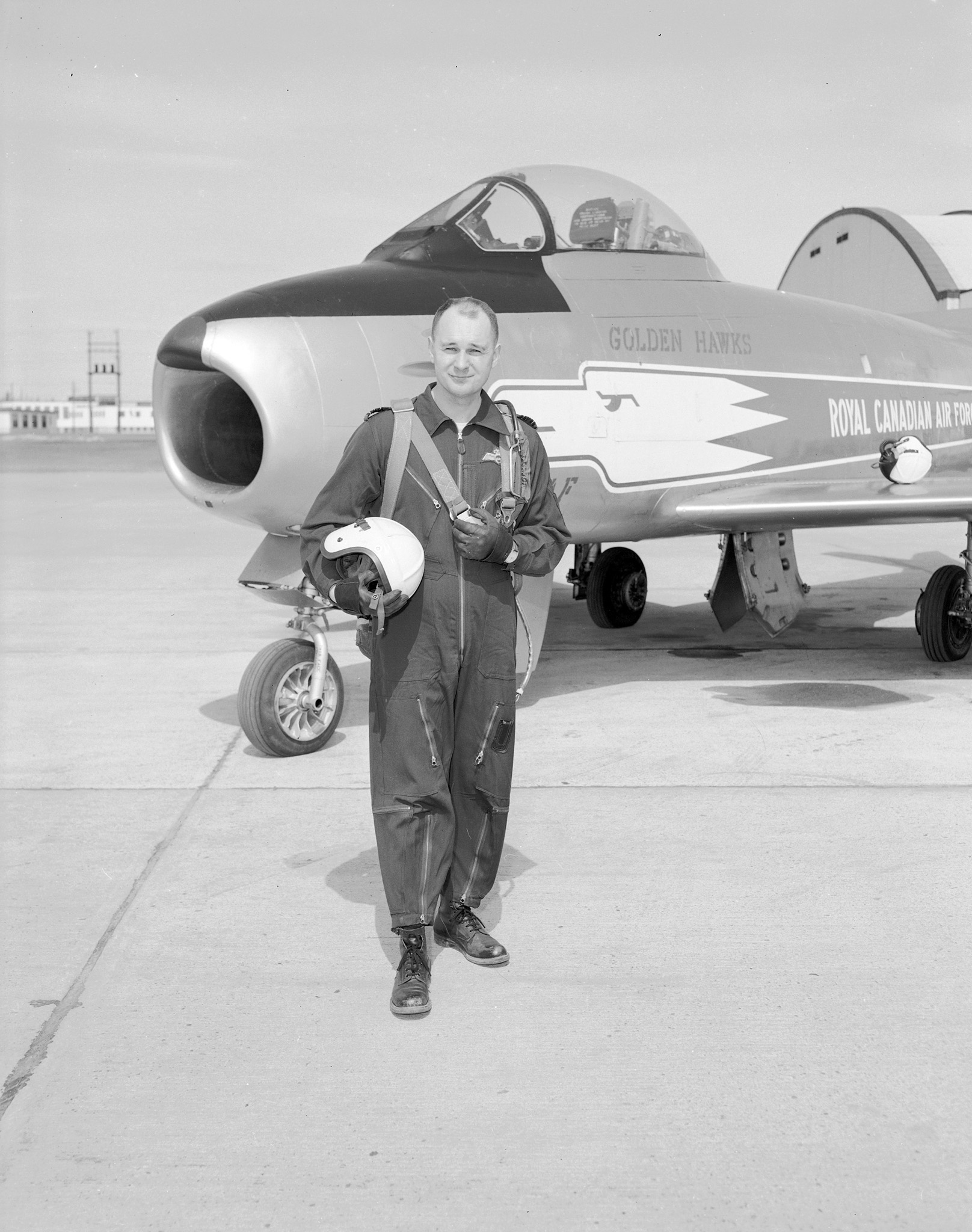 Le commandant d'aviation Fern Villeneuve, chef des Golden Hawks, se fait prendre en photo devant un appareil F 36 Sabre après un exercice. PHOTO : Archives du ministère de la Défense nationale, PL 64157