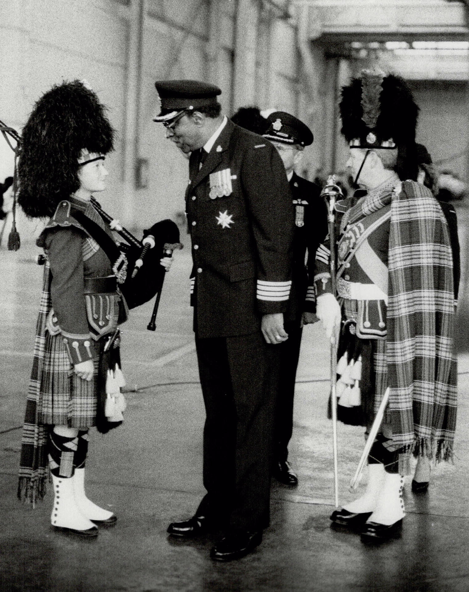 Honorary Colonel and Lieutenant Governor Lincoln Alexander chats with piper Barbara Lawrie as he inspects 2 Wing during a 1986 parade in Toronto. During the parade, Honorary Colonel Alexander presented awards to outstanding wing members. PHOTO: Toronto Star Archives, tspa_0028969f