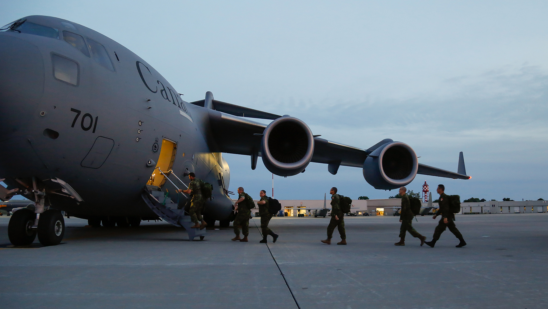 Canadian Armed Forces members board a Royal Canadian Air Force CC-177 Globemaster III aircraft bound for Whitehorse, Yukon, on August 15, 2016, to take part in Operation Nanook, the largest sovereignty operation staged in Canada's North. PHOTO: Corporal Chase Miller, SU11-2016-1061-008