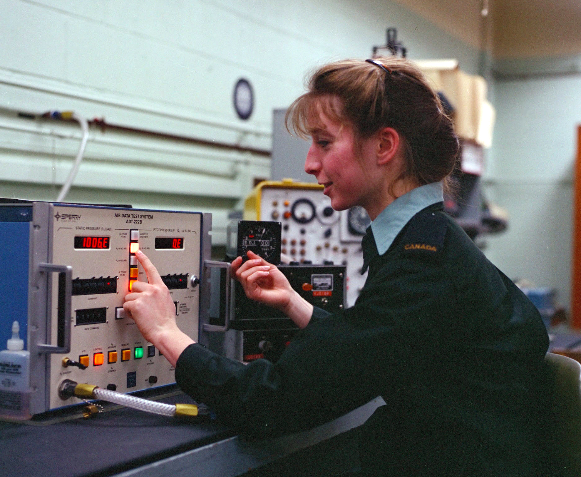 Dans cette photo, prise vers 1985, la soldat Maryse Ayotte, technicienne en instrumentation, teste l'altimètre d'un avion. PHOTO : Archives du MDN, ISC85-1163