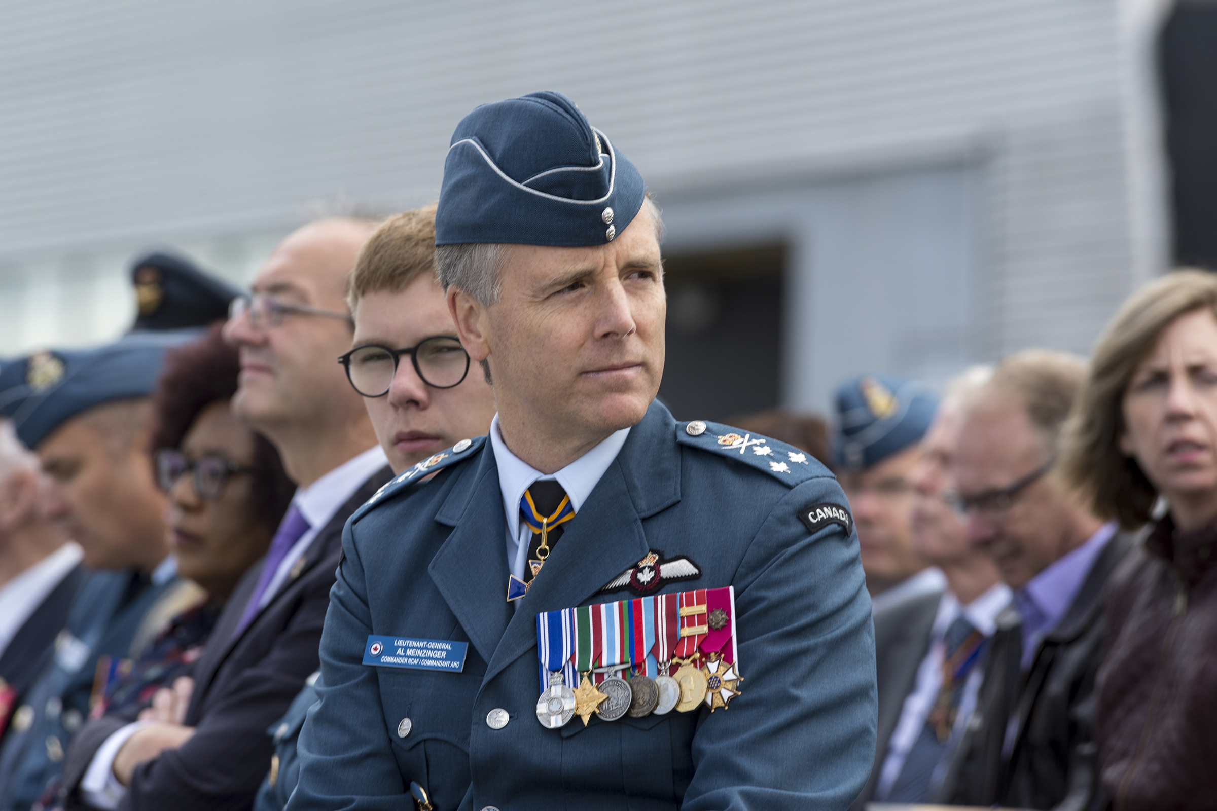 Le lieutenant-général Al Meinzinger, commandant de l'Aviation royale canadienne, écoute attentivement l'allocution du capitaine de vaisseau Krzysztof Książek, attaché militaire de la Pologne, pendant la cérémonie commémorative nationale de la bataille d'Angleterre tenue le 15 septembre 2019, au Musée de l'aviation et de l'espace du Canada, à Ottawa. PHOTO : Aviateur Jacob Hanlon, FA01-2019-0008-031
