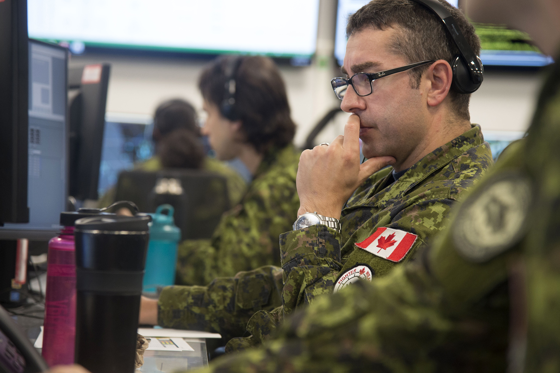 Major Andrew Lunn, mission crew commander, takes part in Exercise Coalition Virtual Flag 19-4, a worldwide synthetic training exercise replicating major battlefield operations that took place from September 9 to 20, 2019, at the exercise's 22 Wing North Bay, Ontario, location. PHOTO: Corporal Robert Ouellette, NB01-2019-233-4
