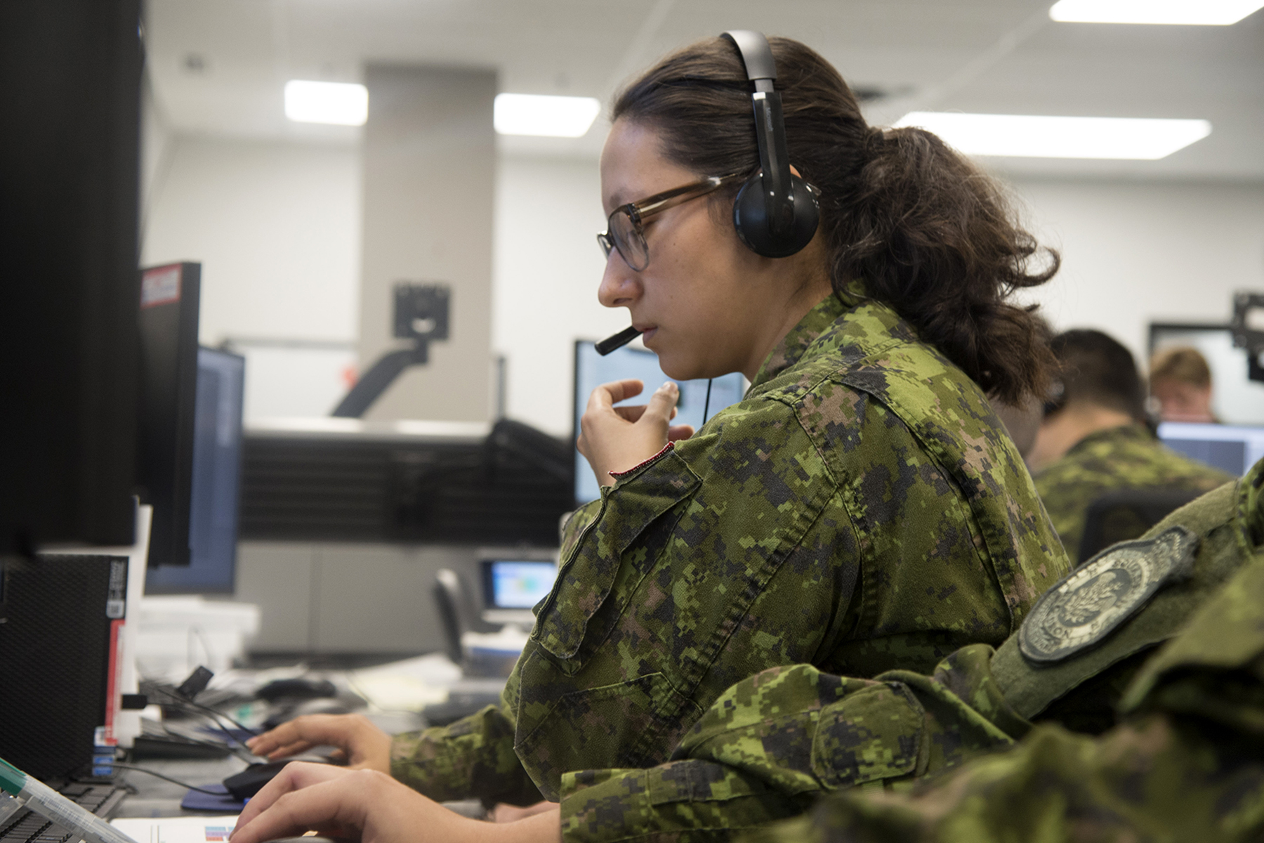 Lieutenant Janine Girard, an air battle manager, takes part in Exercise Coalition Virtual Flag 19-4, a worldwide synthetic training exercise replicating major battlefield operations that took place from September 9 to 20, 2019, at the exercise's 22 Wing North Bay, Ontario, location. PHOTO: Corporal Robert Ouellette, NB01-2019-233-7