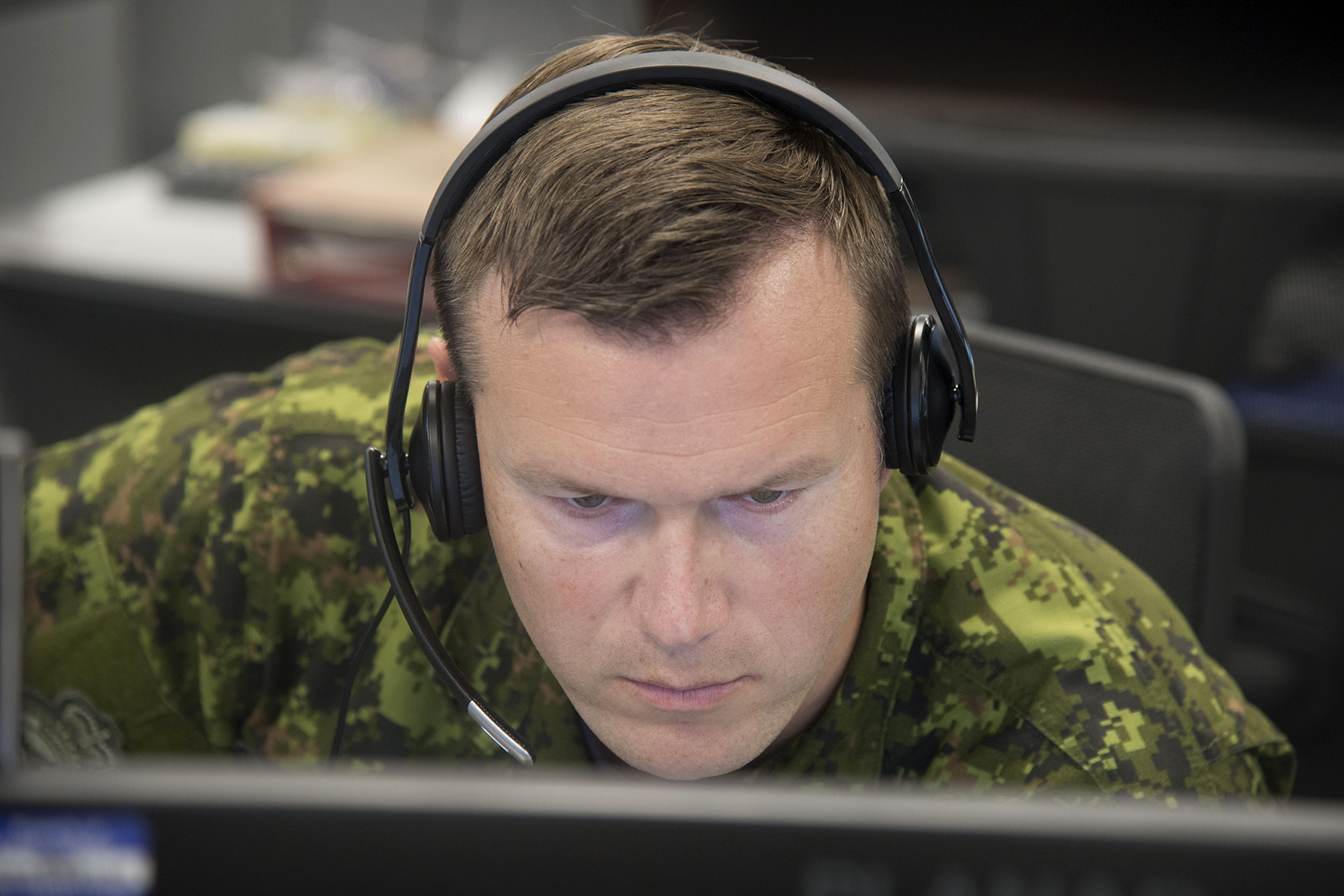 Warrant Officer Andrew Roberts, an air surveillance technician, takes part in Exercise Coalition Virtual Flag 19-4, a worldwide synthetic training exercise replicating major battlefield operations that took place from September 9 to 20, 2019, at the exercise's 22 Wing North Bay, Ontario, location. PHOTO: Corporal Robert Ouellette, NB01-2019-233-9
